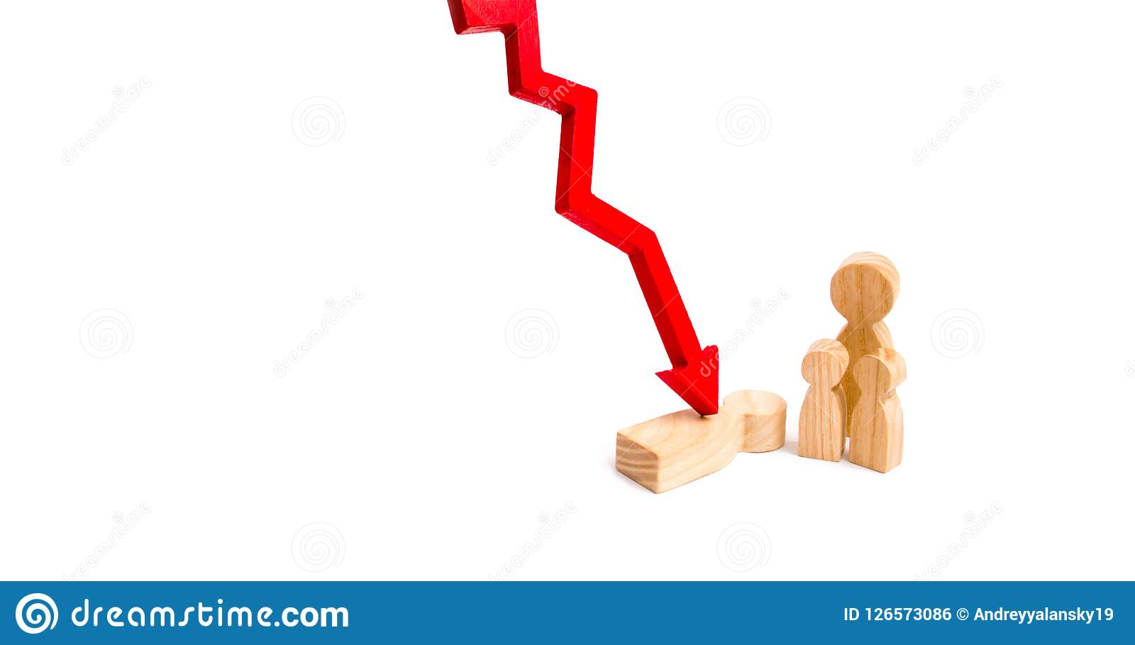 Chiffres en bois de la famille et du chiffre en détresse avec une flèche rouge Le concept de la perte d un membre de la famille