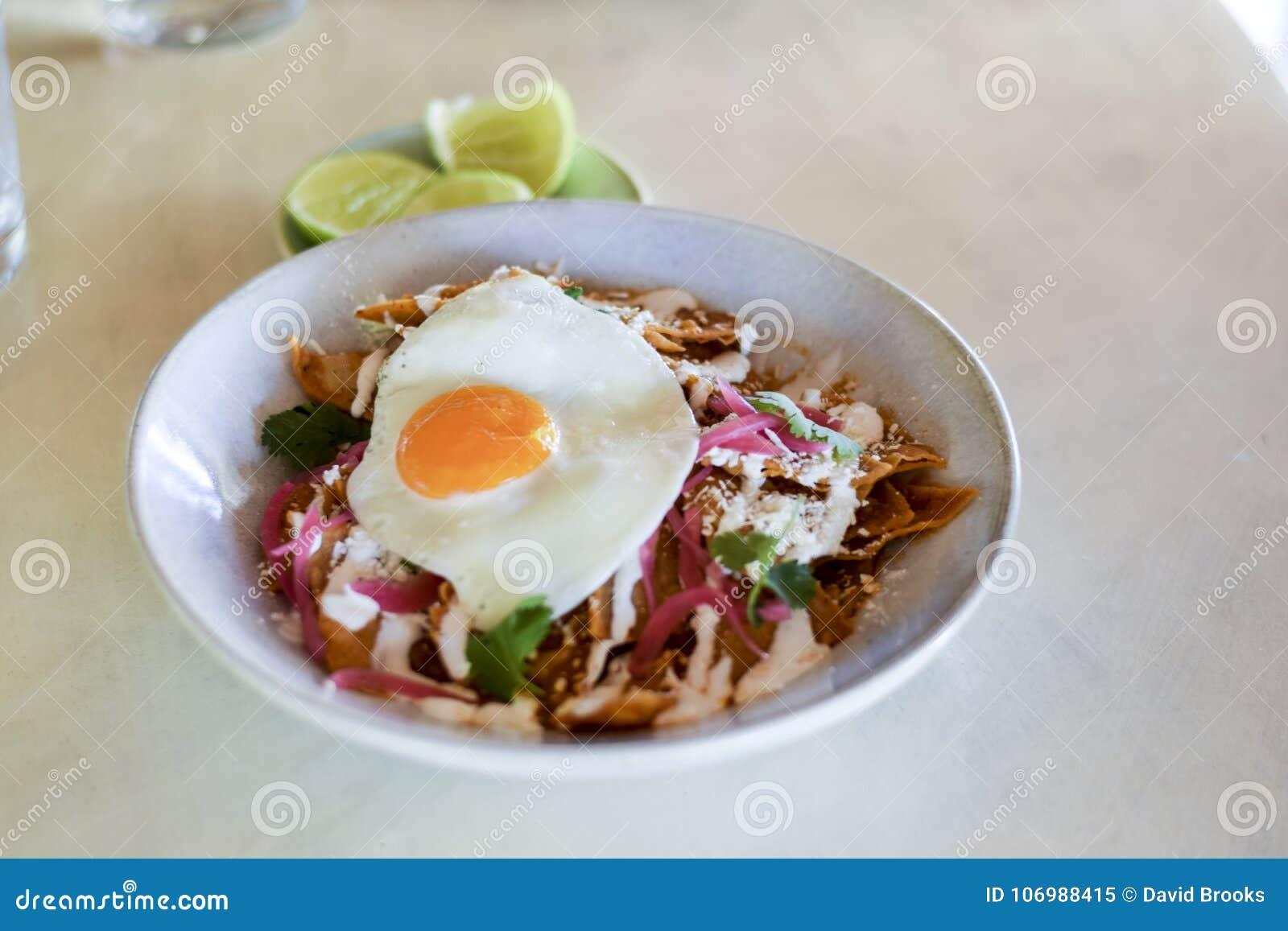 Chilaquiles mexicains de plat de petit déjeuner