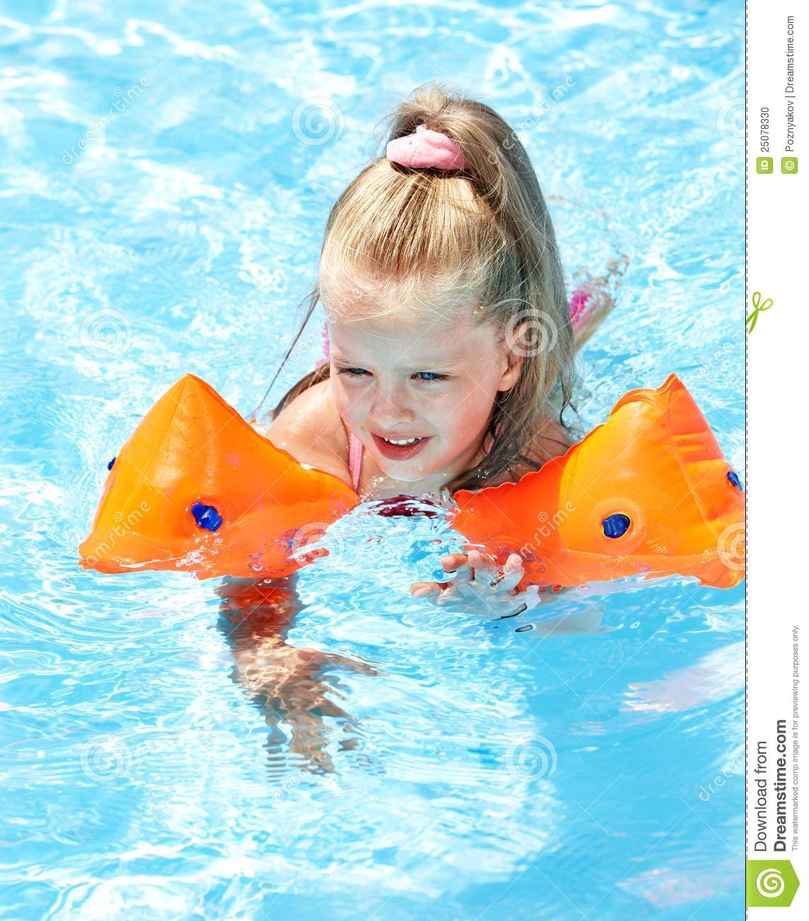 Child with armbands playing in swimming pool stock photo for Brassards piscine