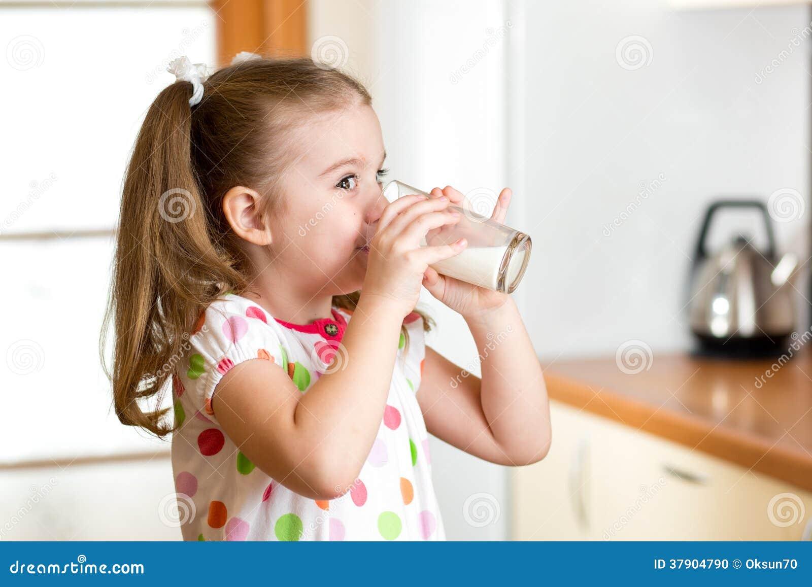 Фото дети пьют кефир с