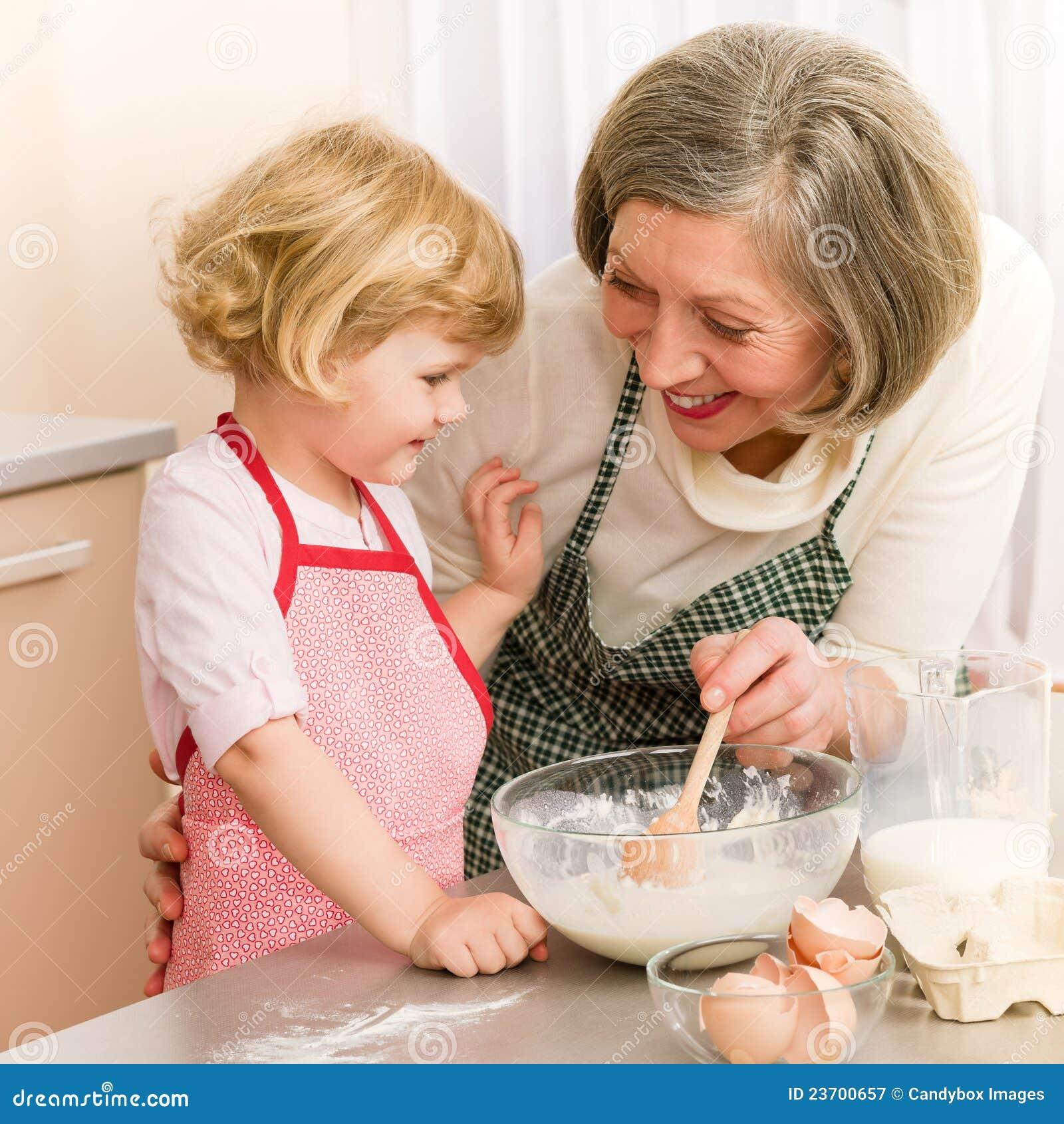 Старуха и внук на кухне 1 фотография