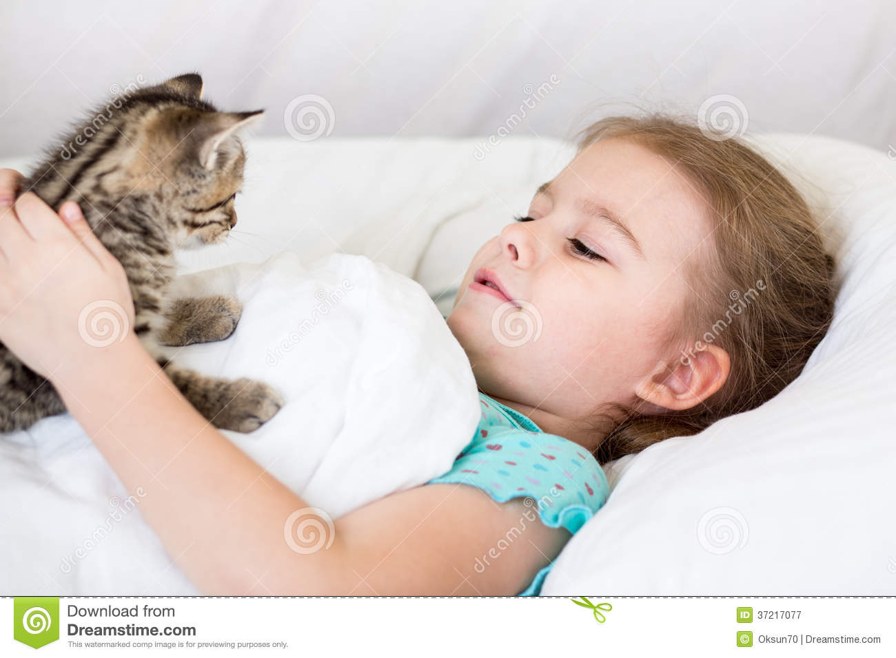 Child Girl With Kitten In The Bed Royalty Free Stock