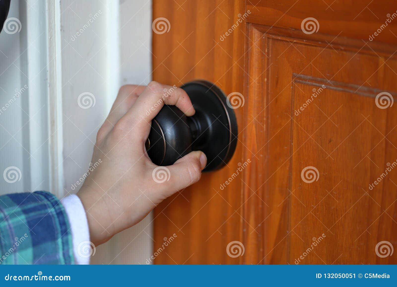 Child& x27; punho de gerencio do botão de porta da mão de s para a porta de madeira