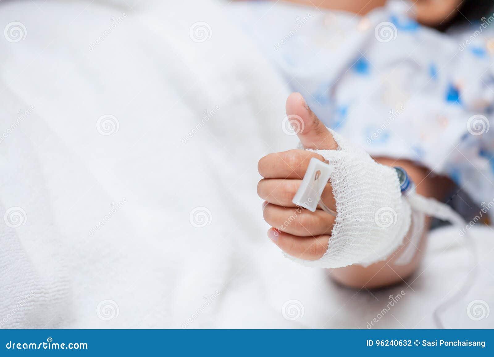 Child& x27; s geduldige hand met zoute intraveneus & x28; iv& x29; druppel