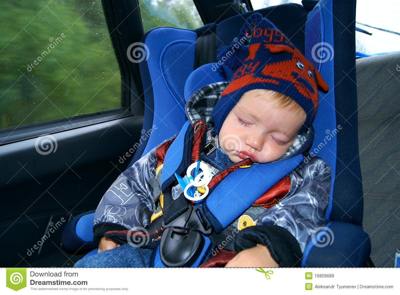 The child sleeps in the car