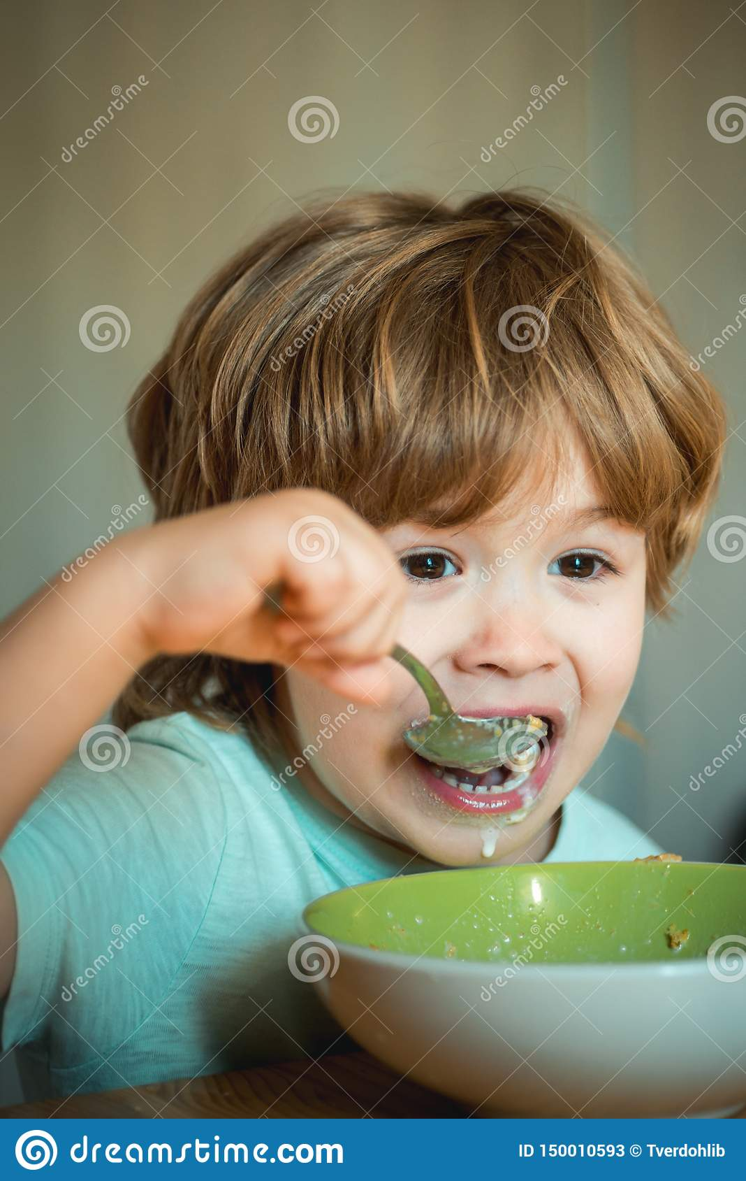 Childcare Μικρό παιδί που έχει το πρόγευμα στην κουζίνα Τρόφιμα και ποτό για το παιδί Μικρό παιδί - έννοια τροφίμων οικολογίας r