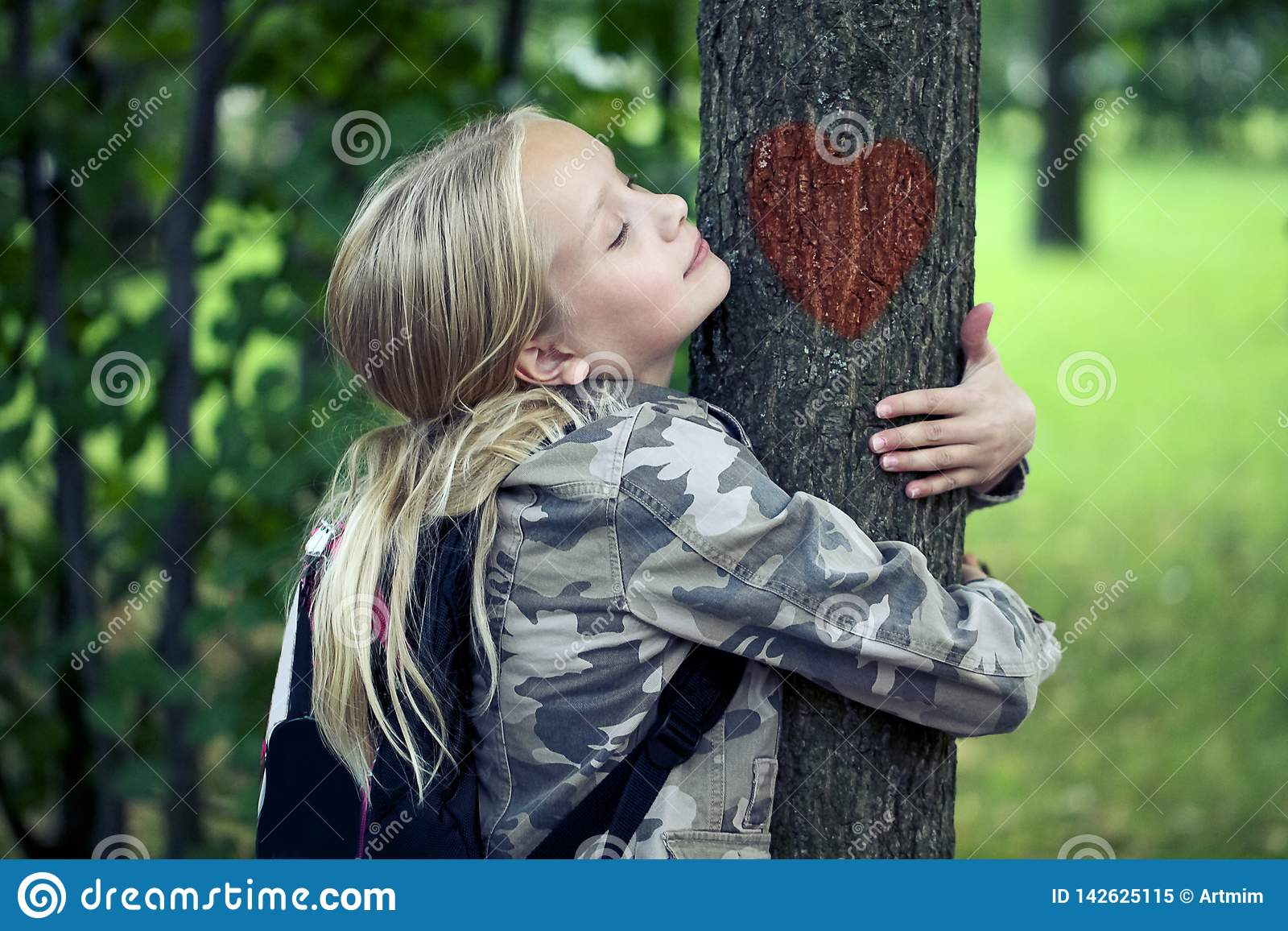 Childn που αγκαλιάζει το δέντρο Υπαίθρια φύση προστασίας του περιβάλλοντος Συντήρηση υπαίθρια
