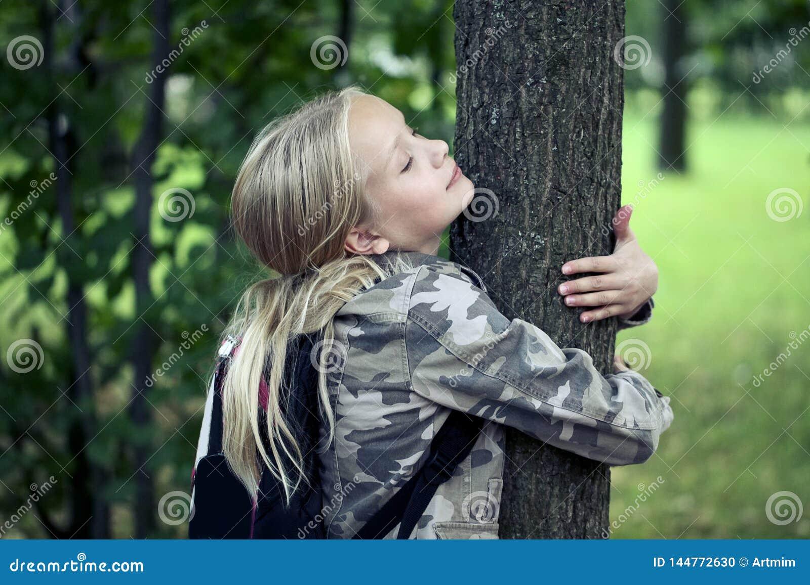 Childn die boom omhelzen milieubescherming openluchtaard Behoud in openlucht