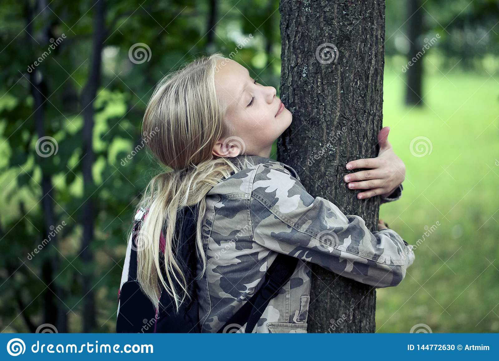Дерево обнимать Childn Природа охраны окружающей среды на открытом воздухе Консервация outdoors