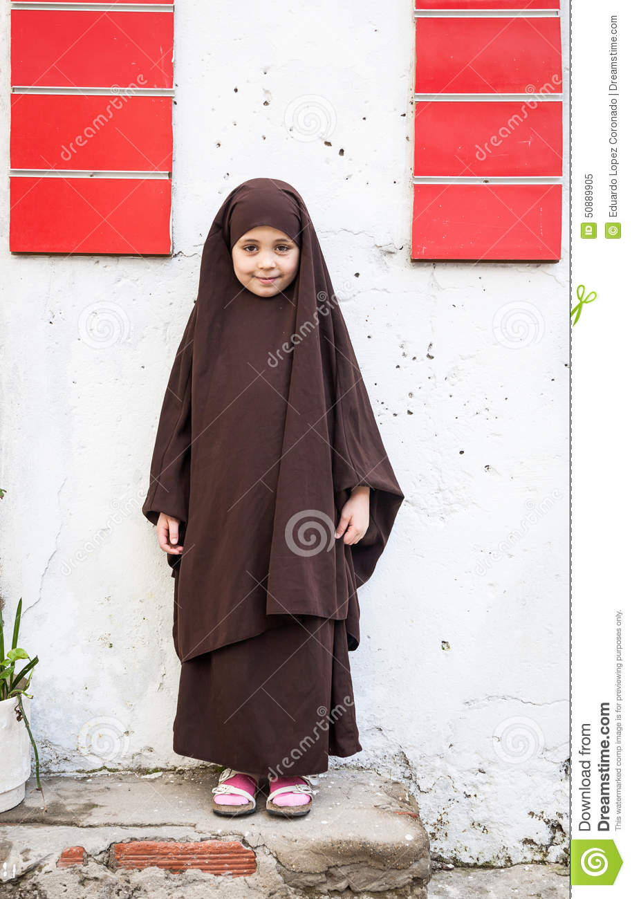 Children And Arab Girls With His Usual Typical Clothes -3908