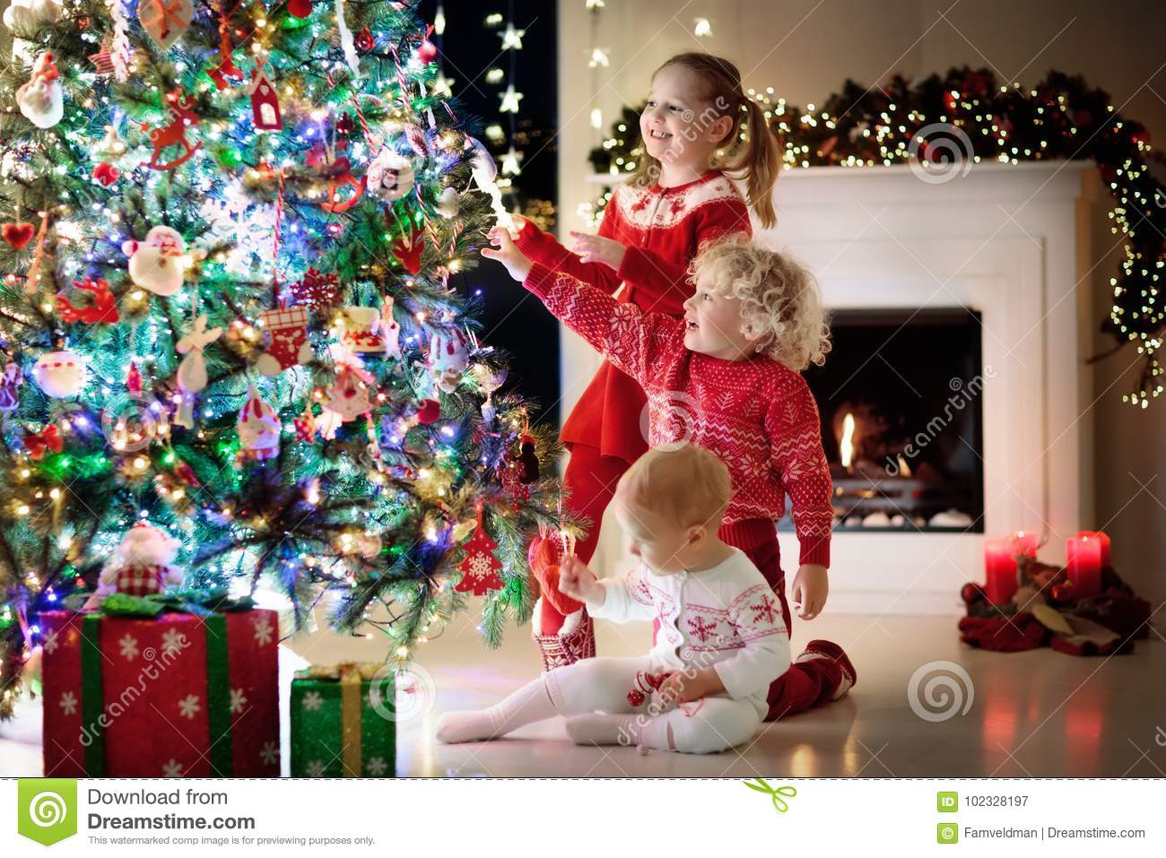 23 836 Christmas Tree Kids Photos Free Royalty Free Stock Photos From Dreamstime