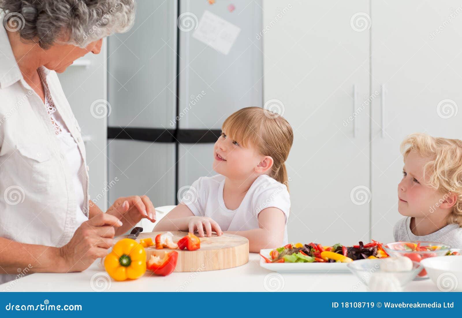 Старуха и внук на кухне 20 фотография