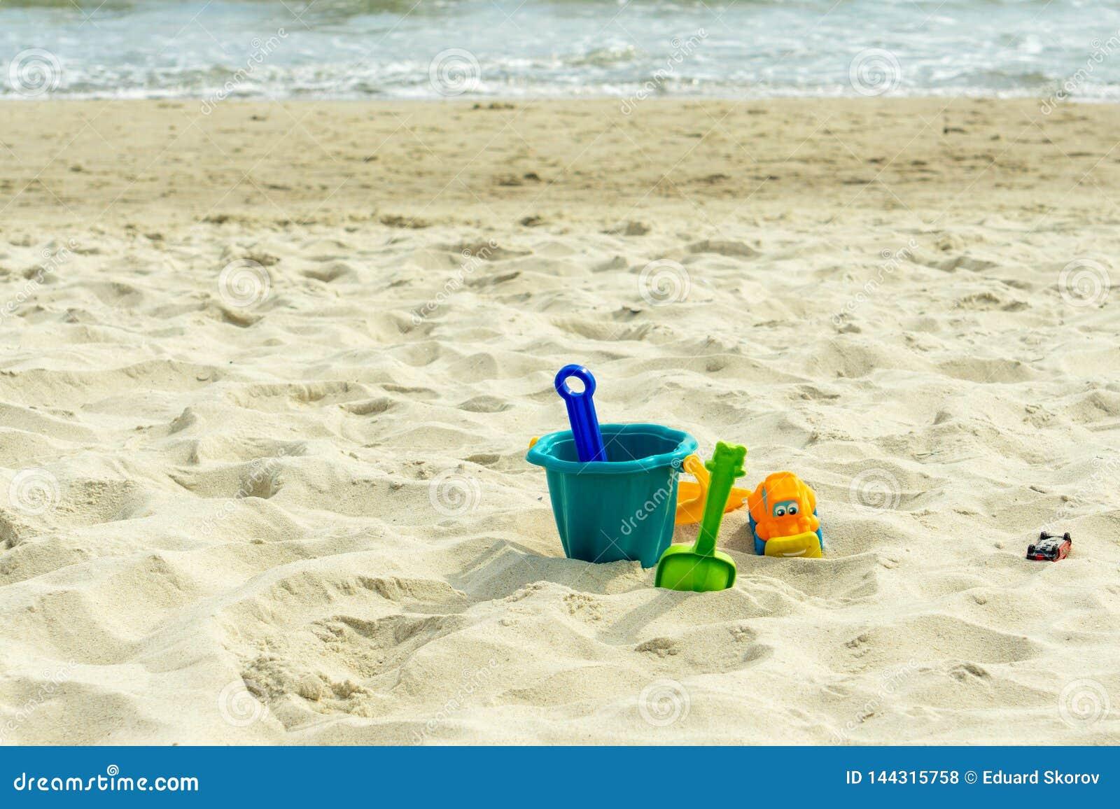 Children' multicolor; juguetes de s en la arena por el mar