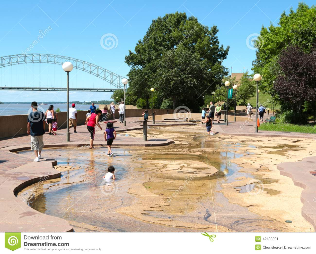 Children play in the water at the river park on mud island for Mud island memphis