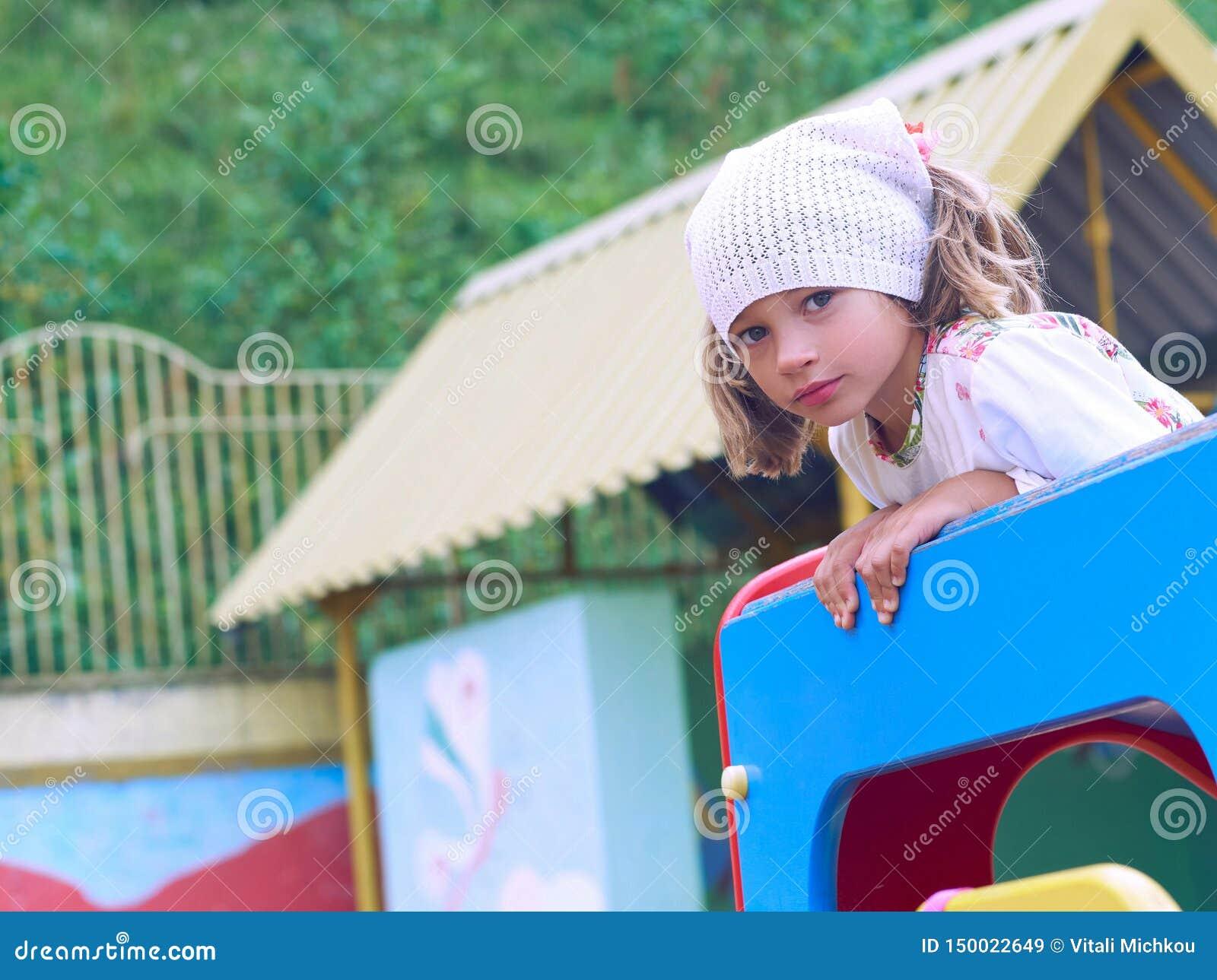 2 children playground 逗人喜爱的女孩获得乐趣在公园