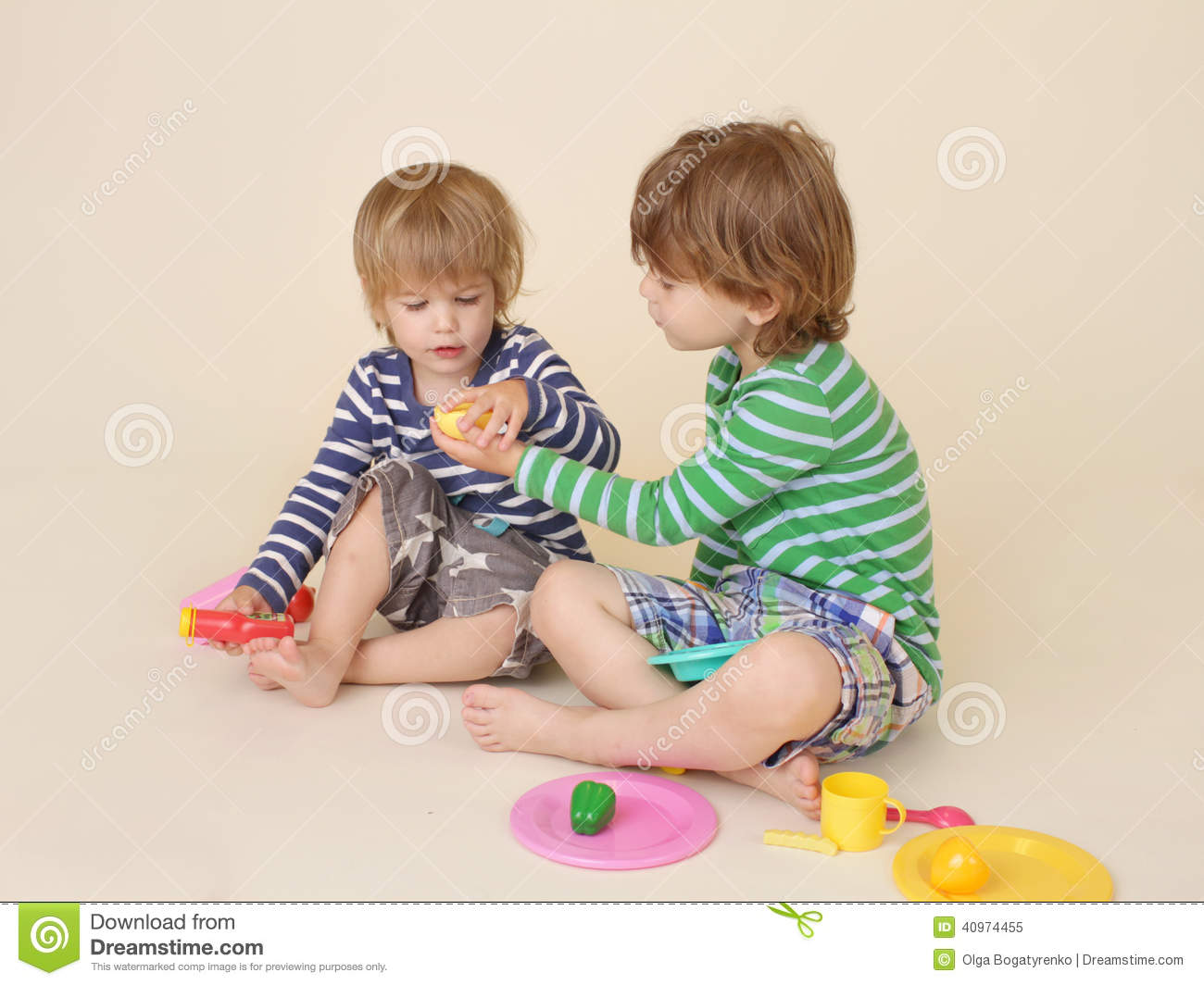 Children Sharing Pretend Food Stock Image - Image: 40974455