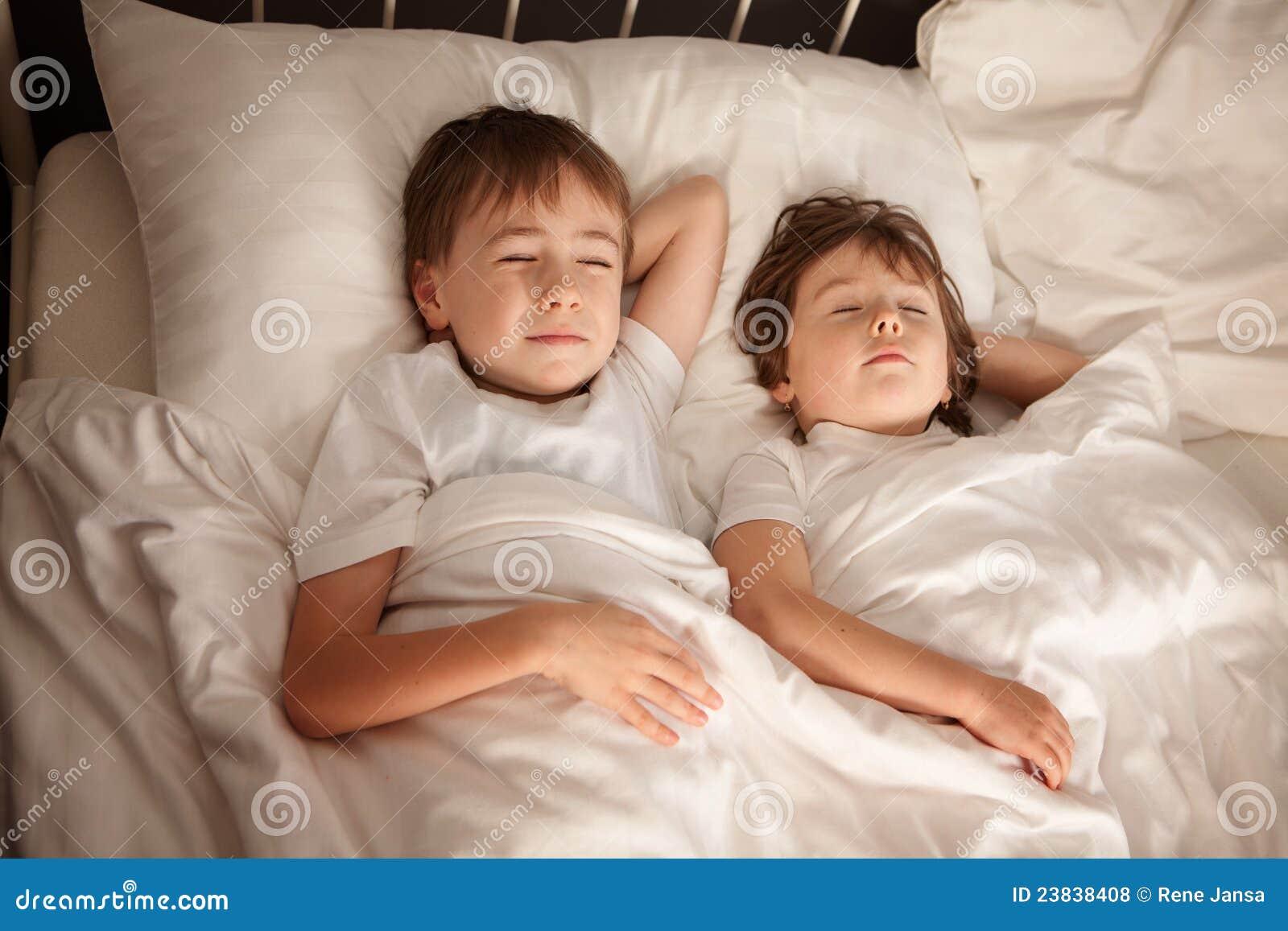 Пьяный брат трахнул пьяную сестру, Смотреть поимел спящую сестру дественицу онлайн 21 фотография