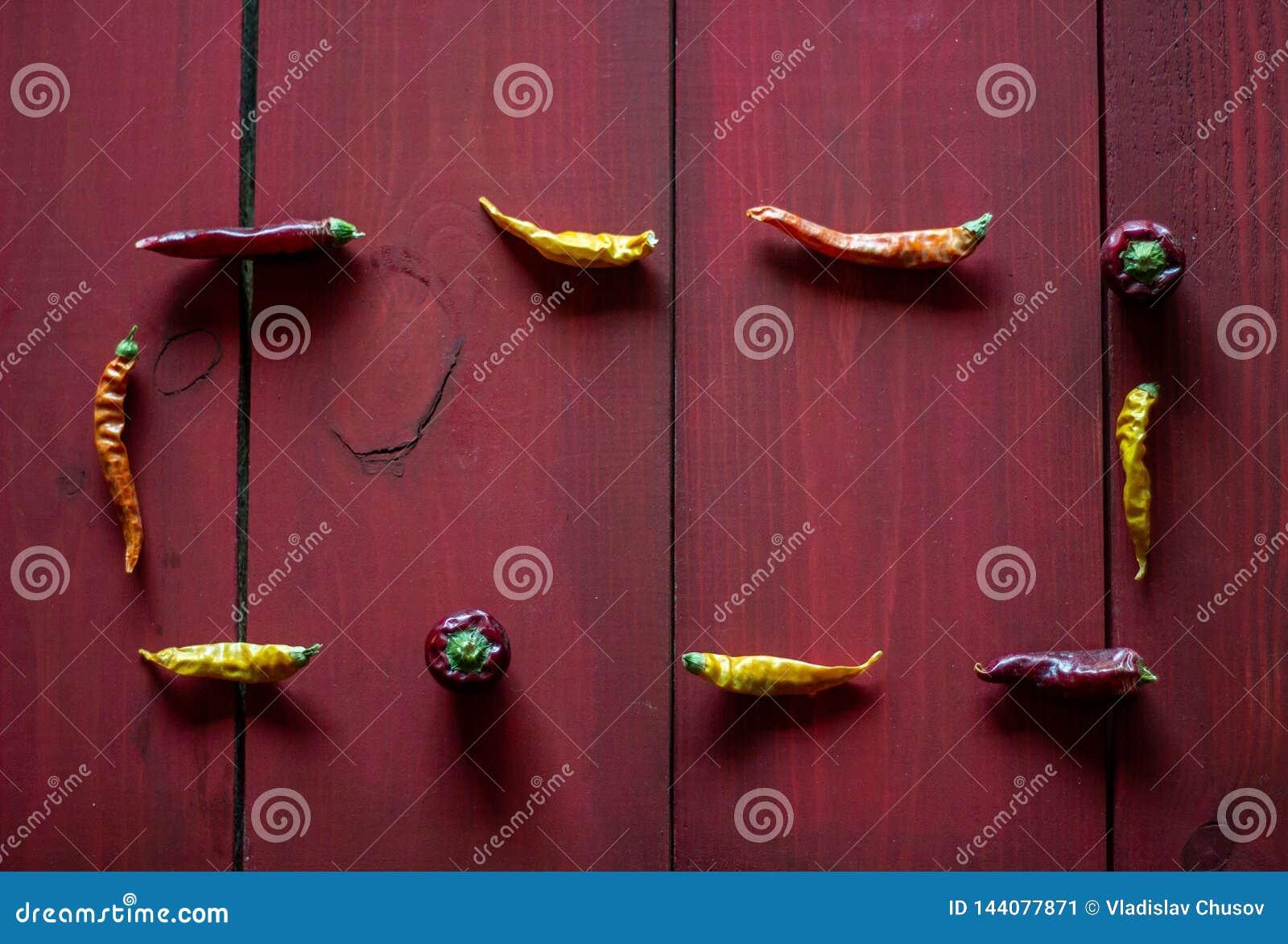 Chile-Pfeffer auf rotem h?lzernem Hintergrund Beschneidungspfad eingeschlossen