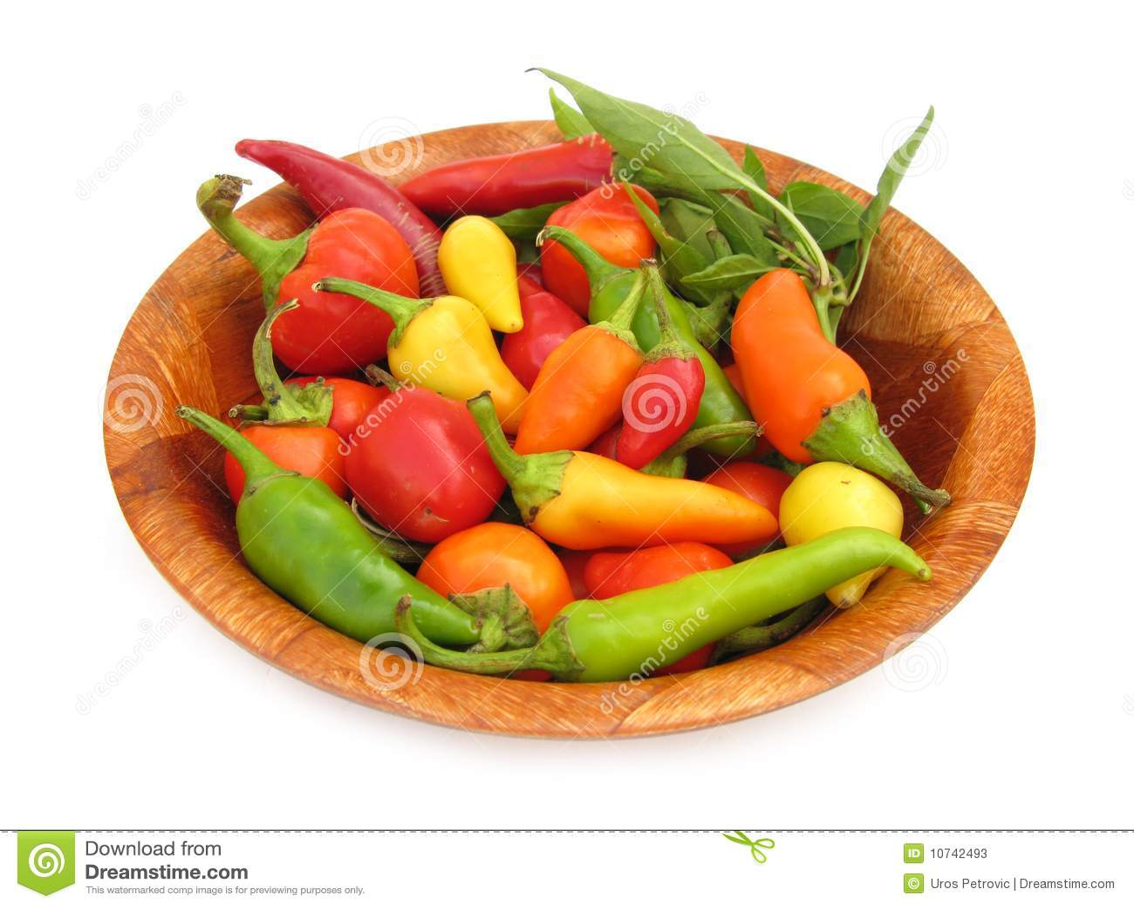 Chili pieprzy paprykę w drewnianym naczyniu