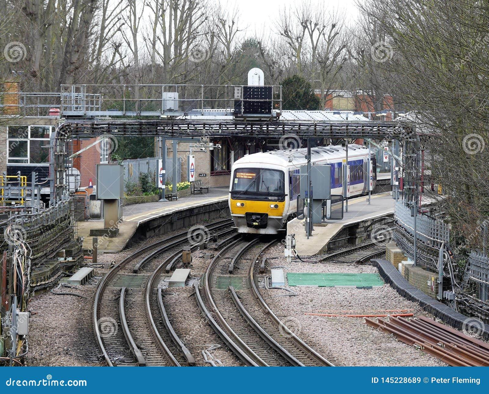 Chiltern järnvägar utbildar på den Rickmansworth stationsplattformen