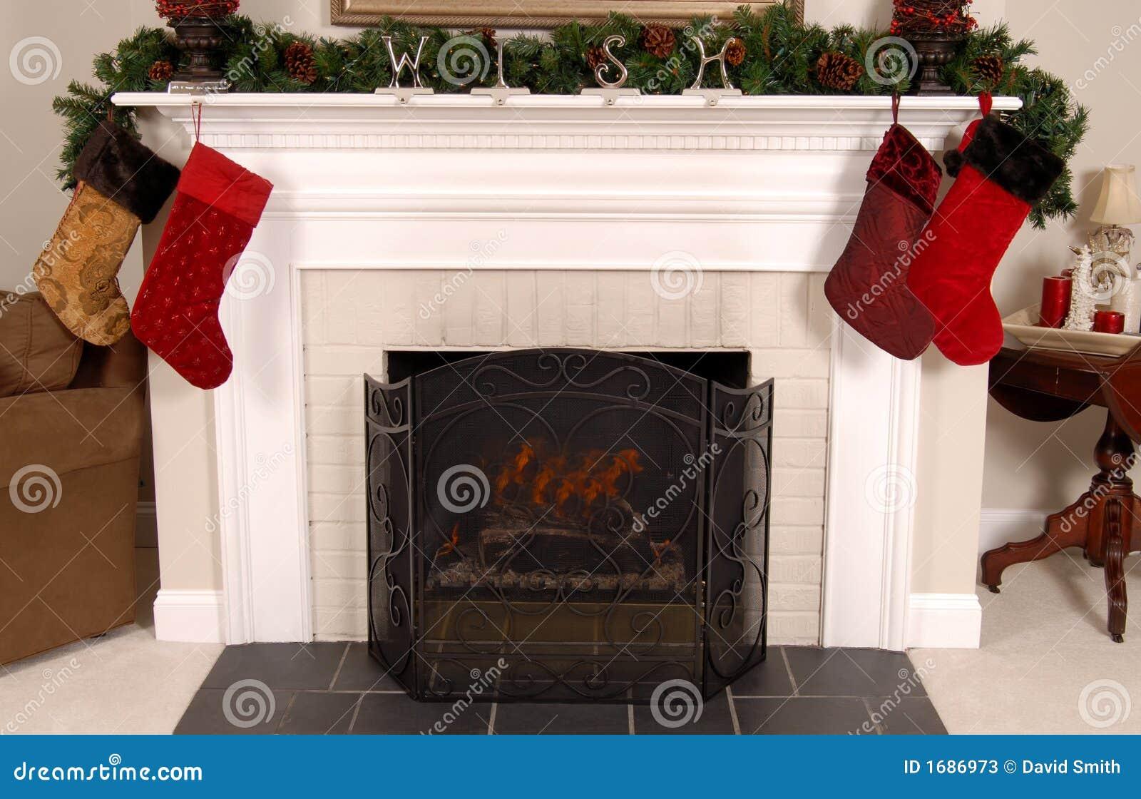 Chimenea blanca adornada para la navidad imagen de archivo for Decorazione camino