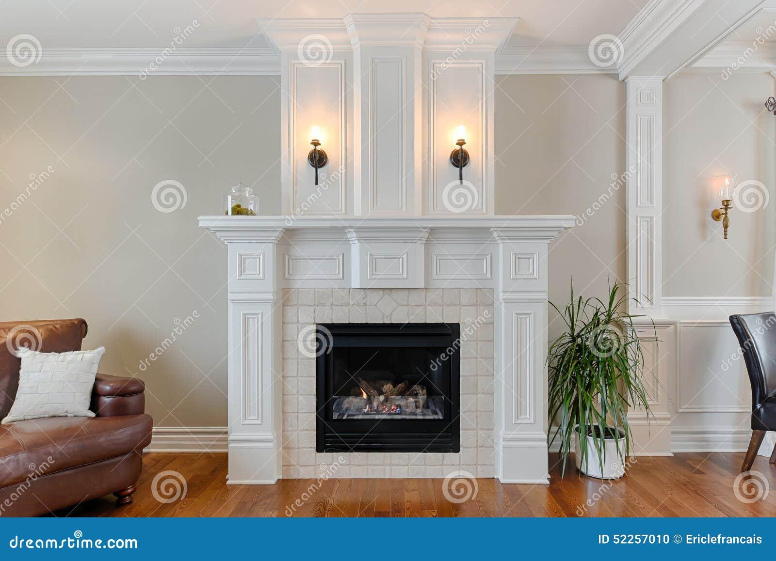 chimenea blanca en hogar de lujo foto de archivo imagen