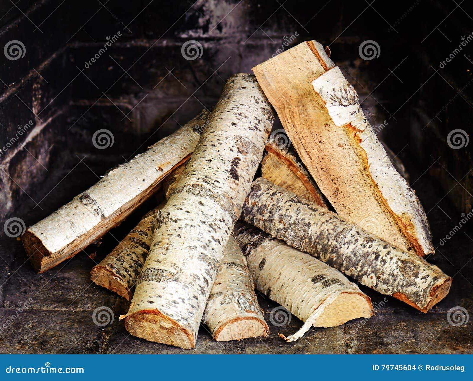 Chimenea con madera de abedul
