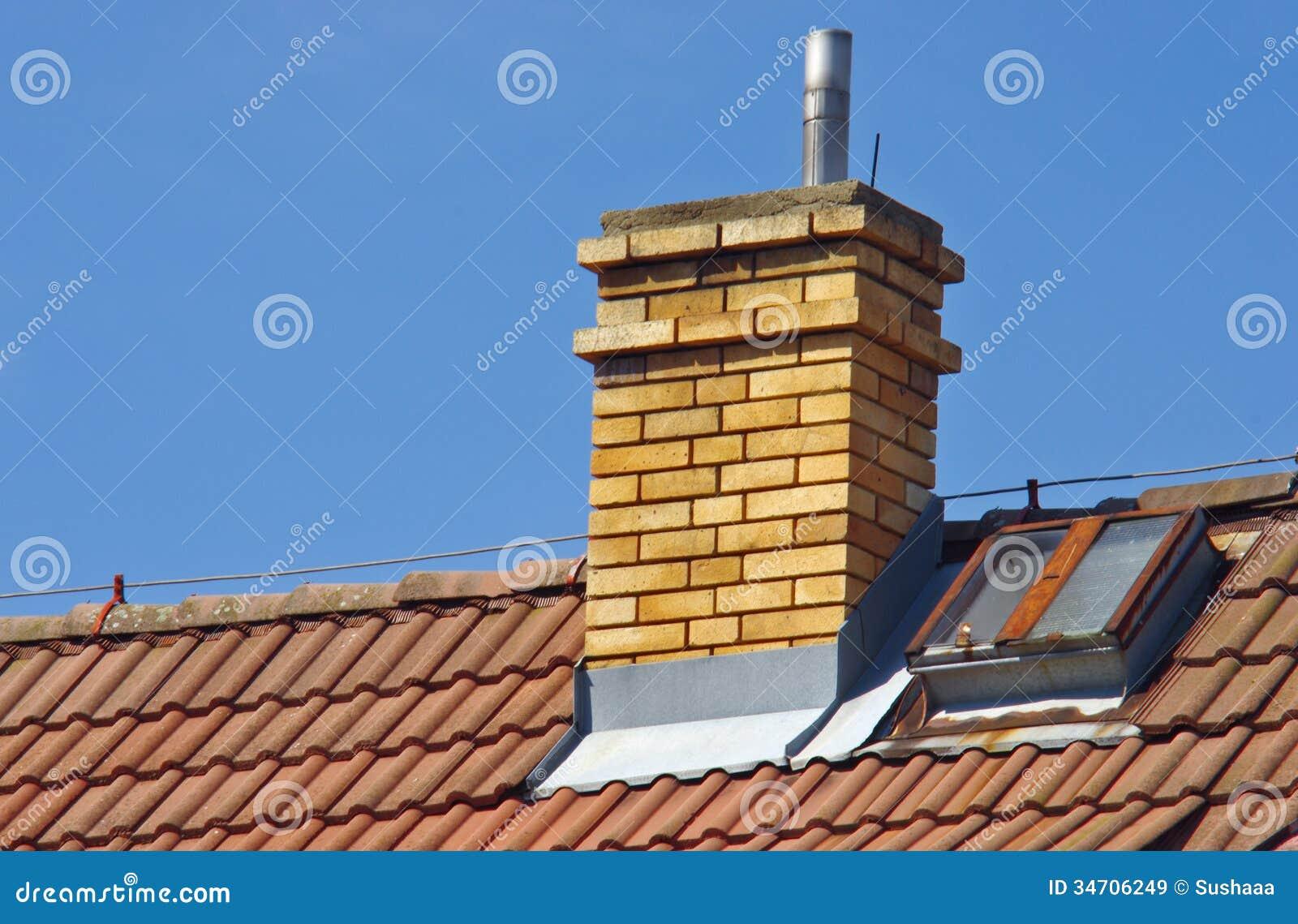 Chimenea en el tejado de la casa im genes de archivo libres de regal as imagen 34706249 - La casa en el tejado ...