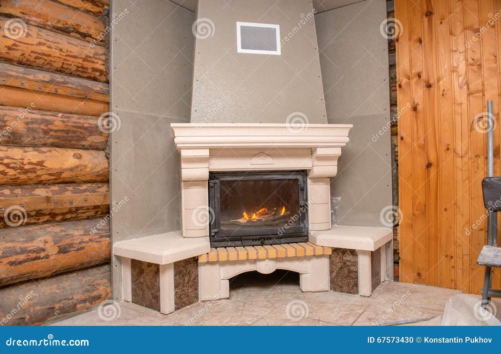 Chimenea en una casa de madera foto de archivo imagen - Madera para chimenea ...
