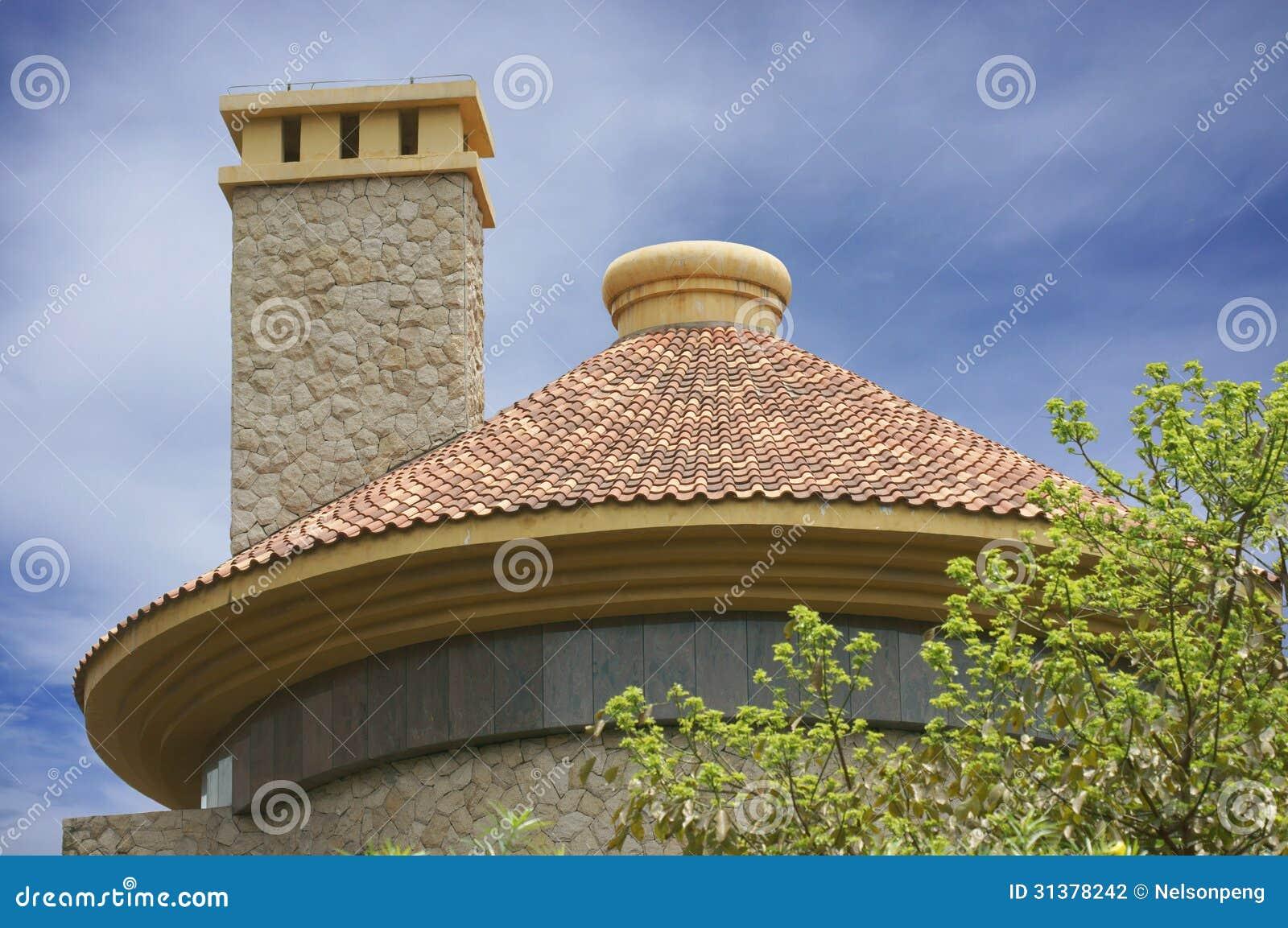 Chimenea redonda del tejado y del cuadrado fotograf a de for Techos redondos fotos