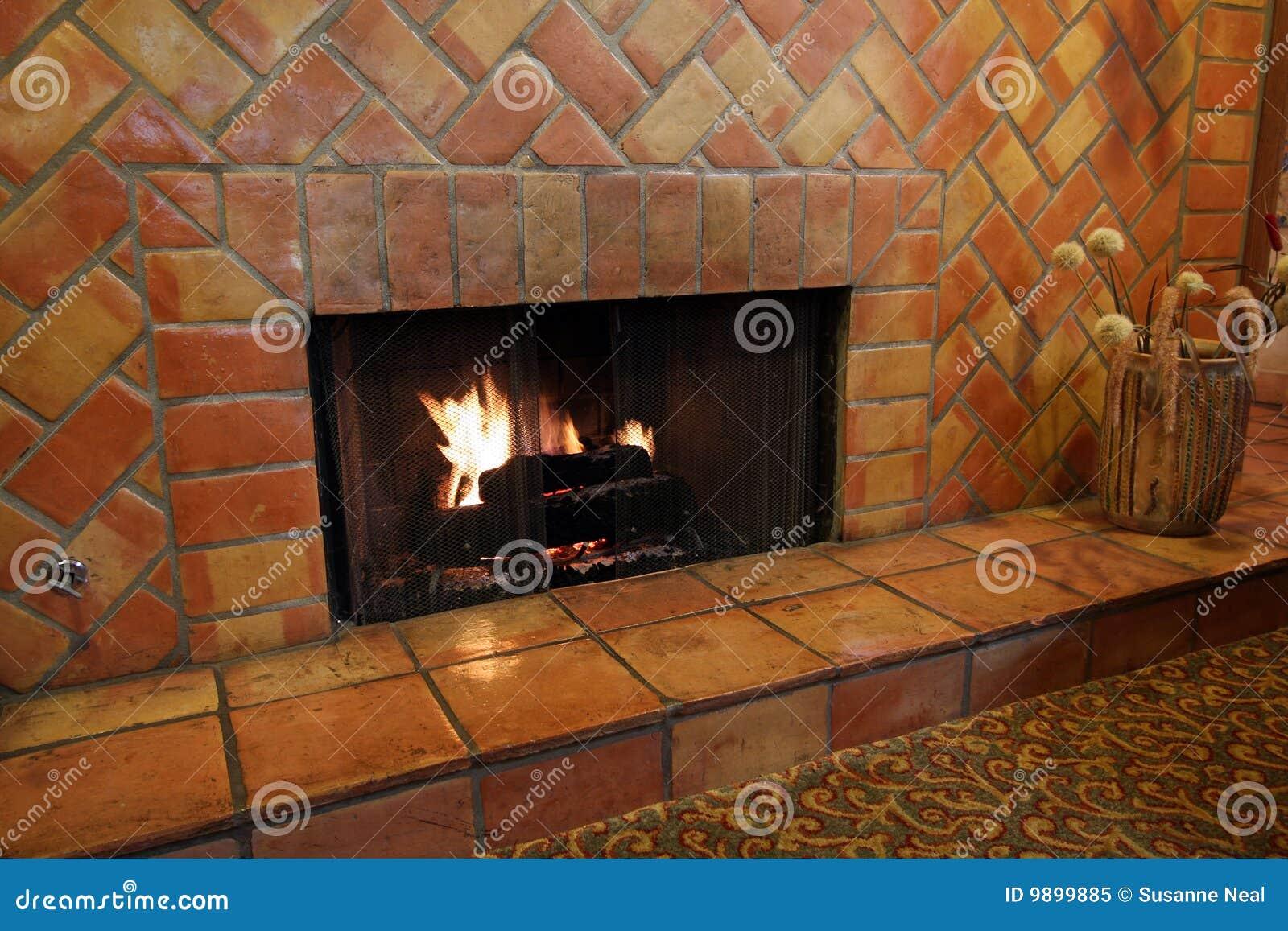 Chimenea y azulejos y ladrillos de la pared imagen de for Construccion de chimeneas de ladrillo