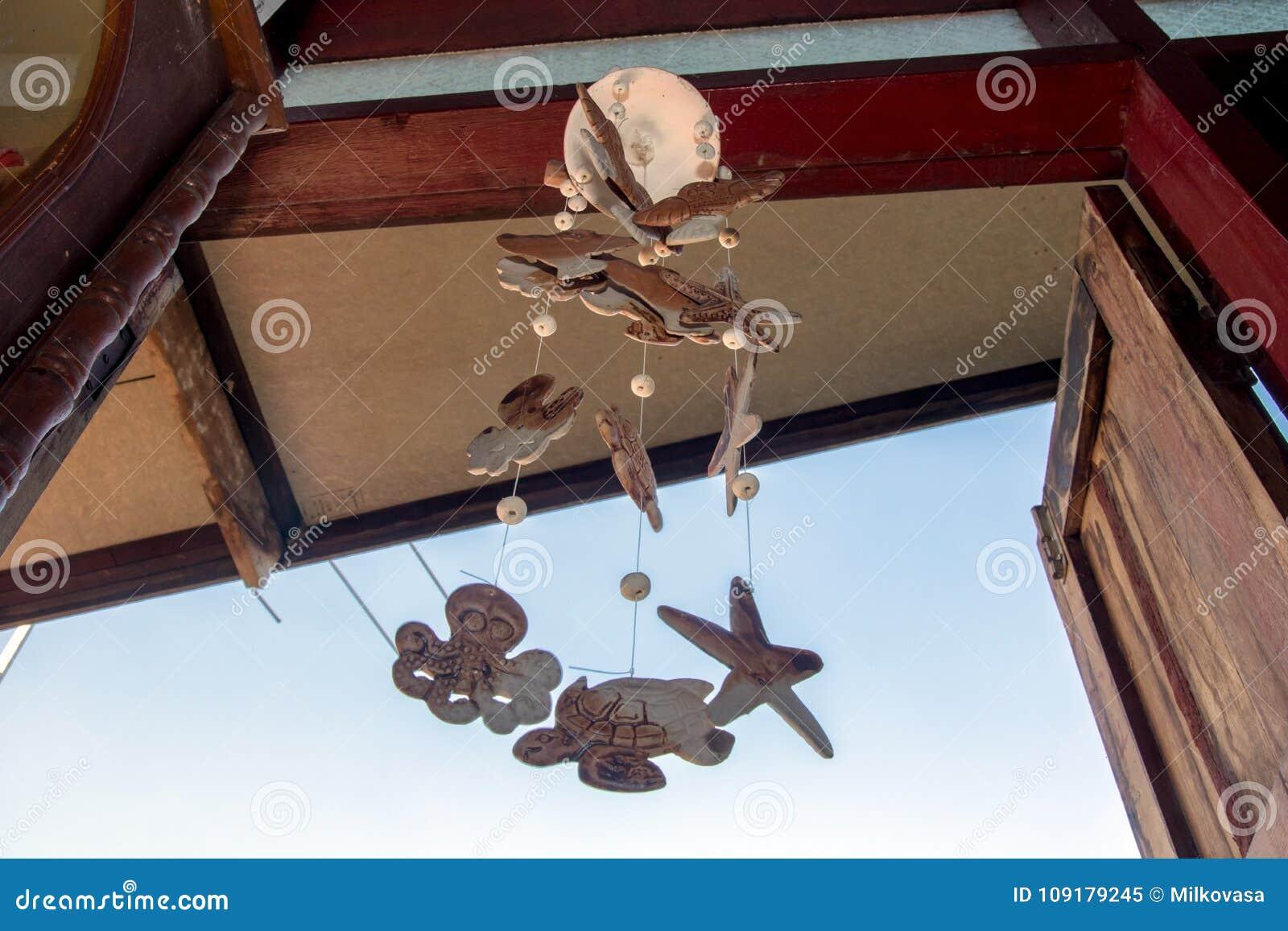 Chimes som hänger i fönstret