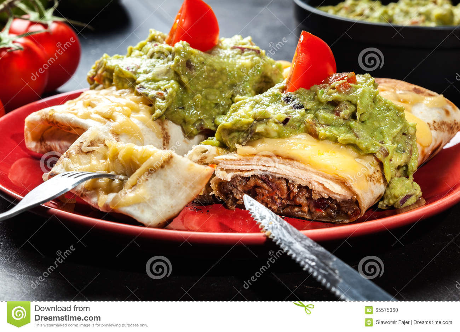 Chimichanga mexicano com mergulho do guacamole