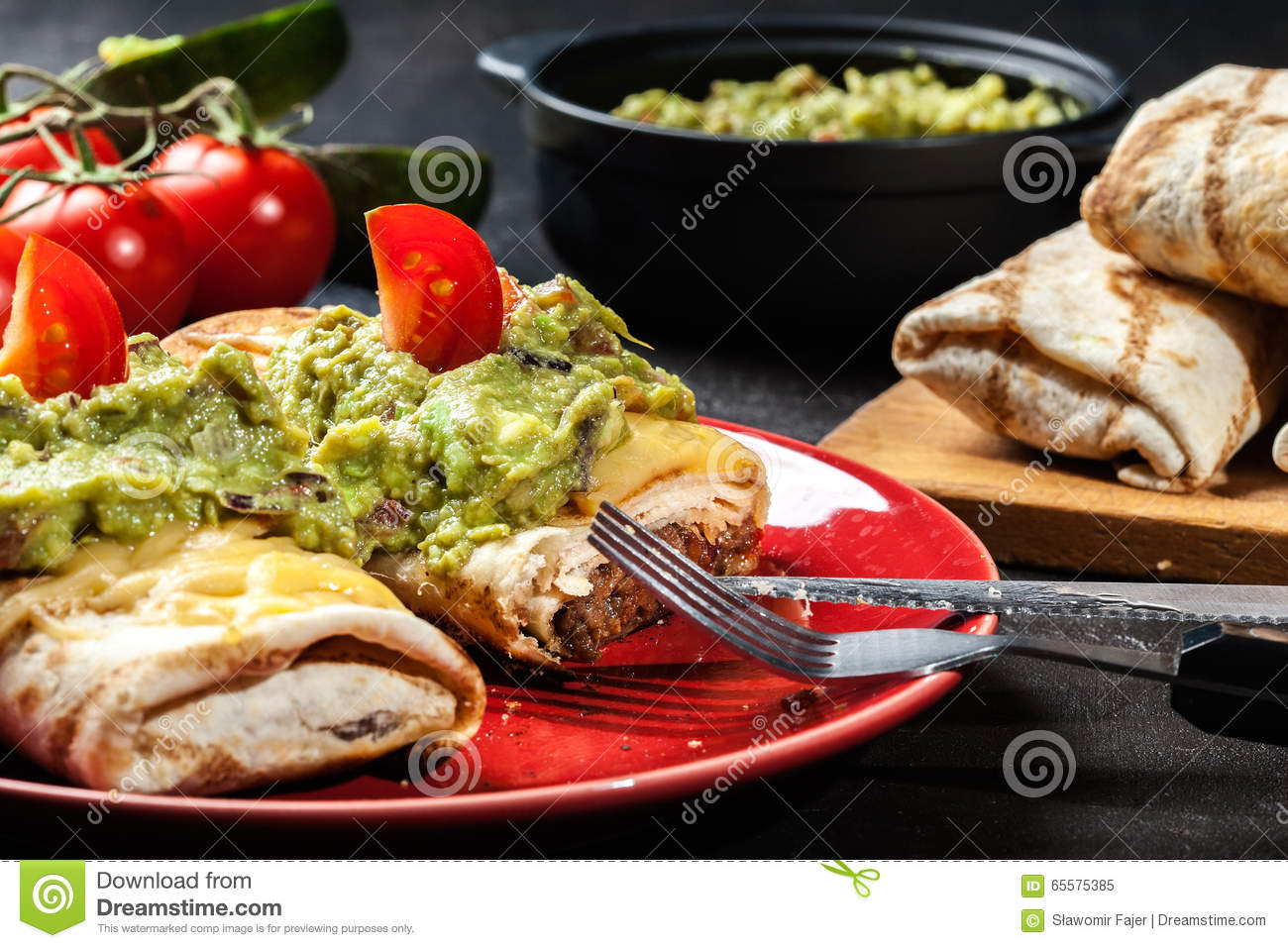 Chimichanga mexicano com mergulho do guacamole