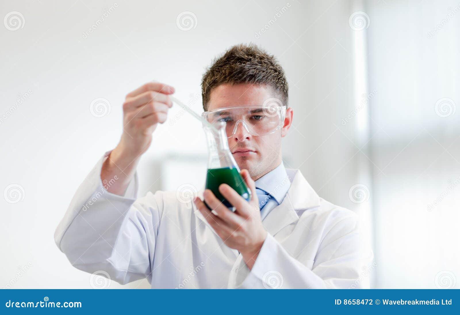 Chimiste avec un tube à essai