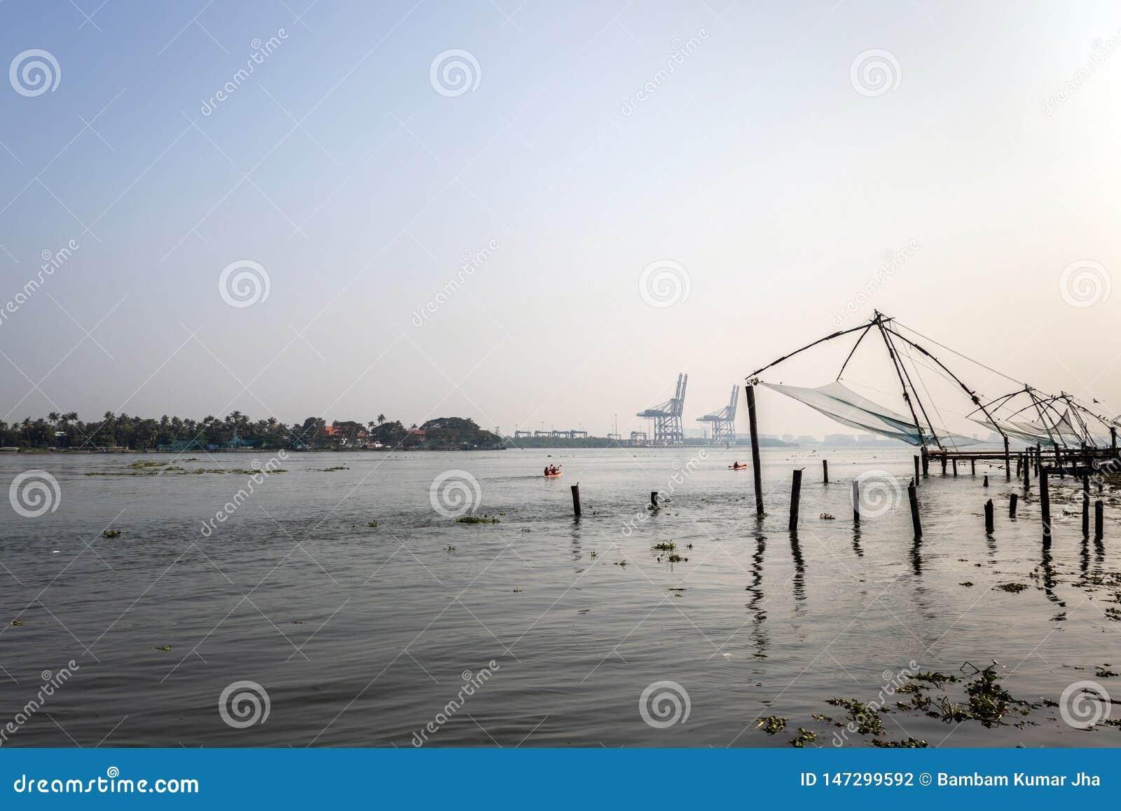 Chinês das redes de pesca a custo de kochi com opinião da manhã do mar