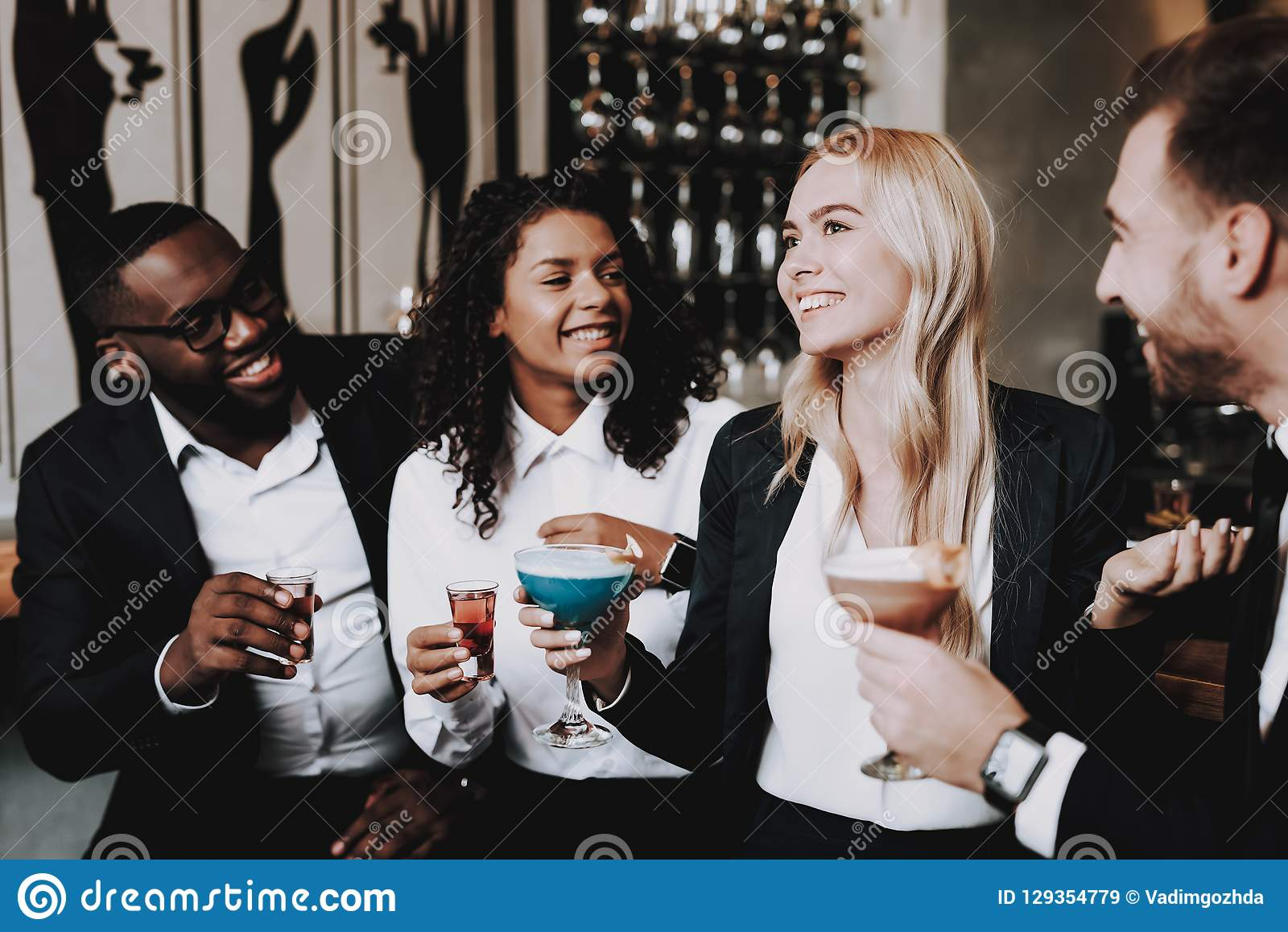 Chin-Chin Meninas e indivíduos Barra bebida clubbing