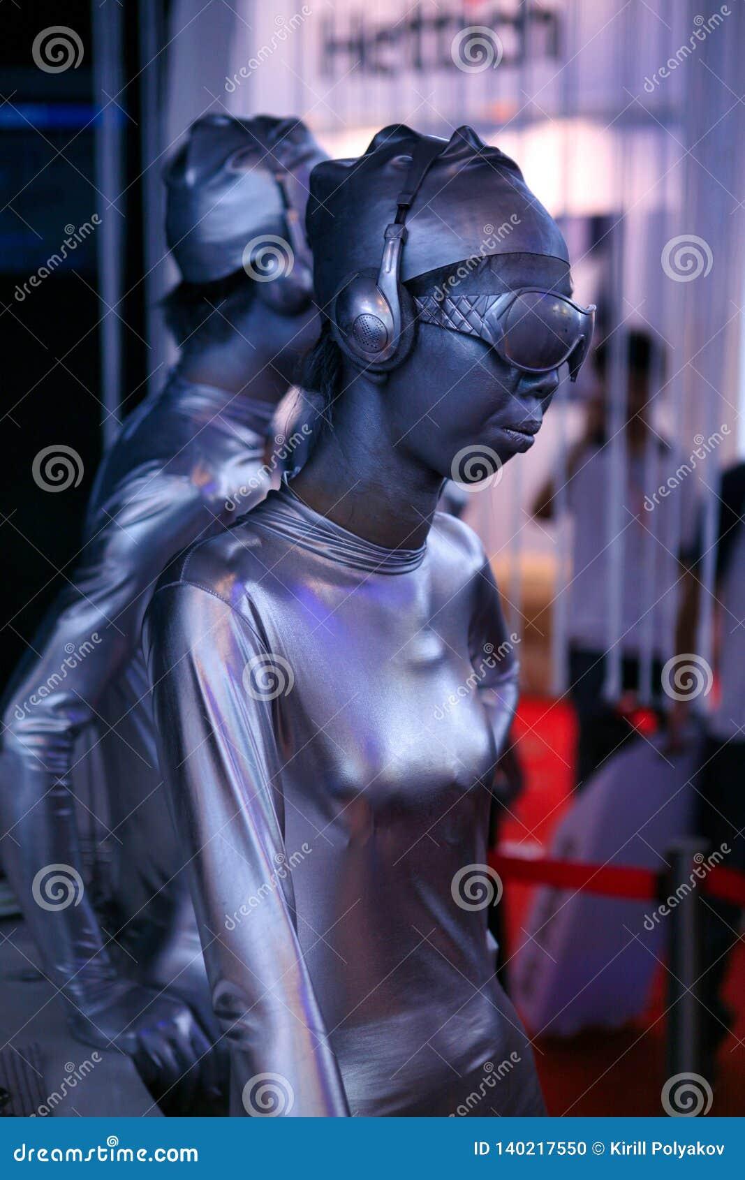 China, Peking - Juni 10, 2018: Zilveren Chinese modelmeisjes bij een tentoonstelling in Peking met een zeer ongebruikelijke versc