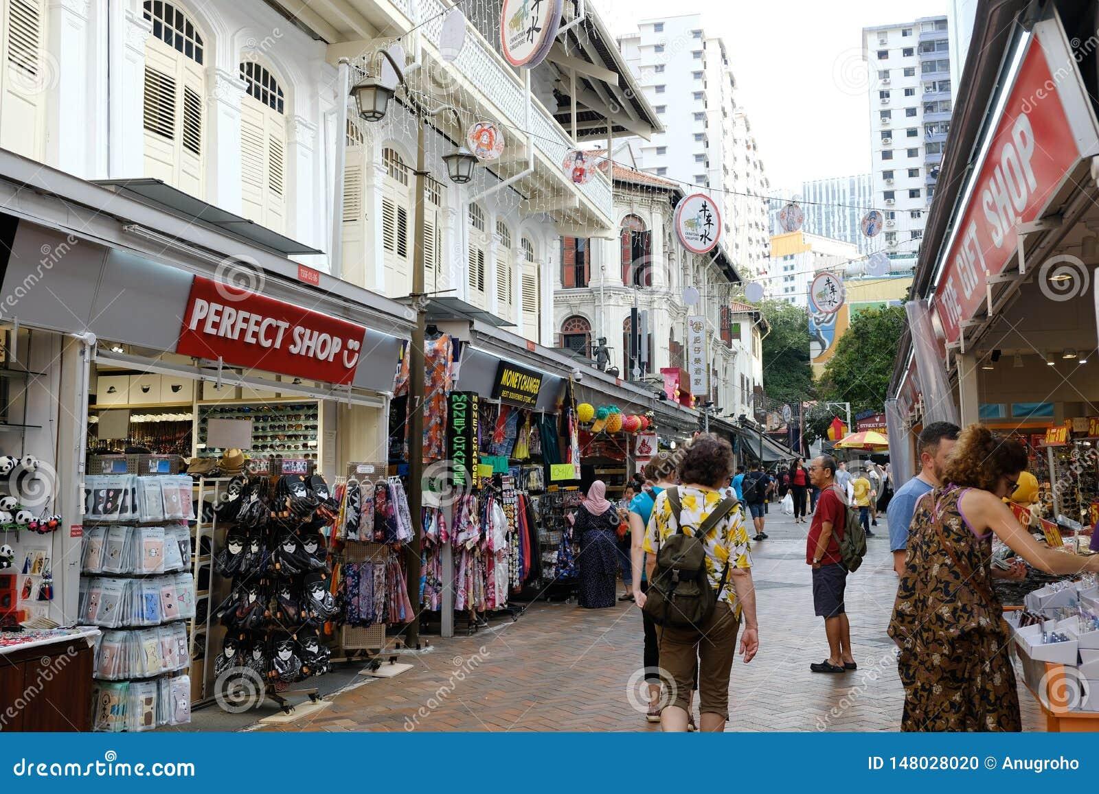 Chinatown, Singapur - 8 de marzo de 2019: Chinatown con muchos turistas camina a través del camino