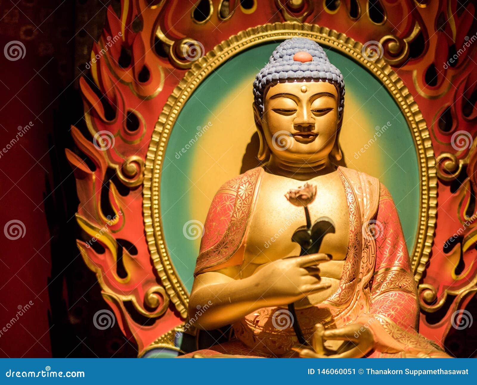 CHINATOWN SINGAPUR, NOV, - 24, 2018: Statua Buddha obsiadanie w medytacji i czeka? na nirwana z r?kami w obrz?dkowym gescie