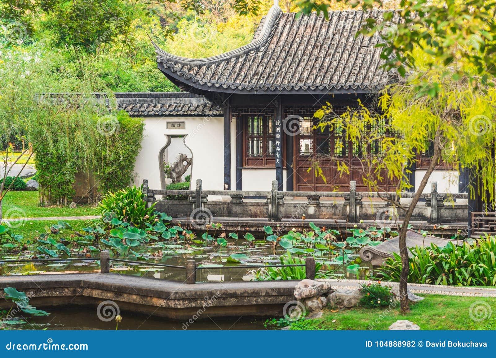 Chinees huis in de tuin stock foto. afbeelding bestaande uit ontwerp