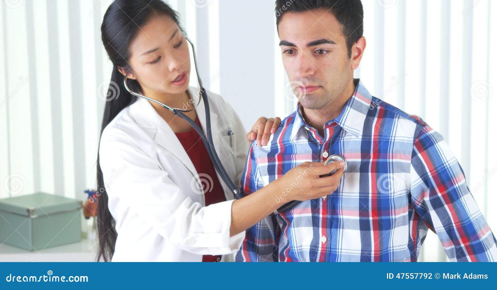 Chinese arts die aan de ademhaling van de Mexicaanse patiënt luisteren