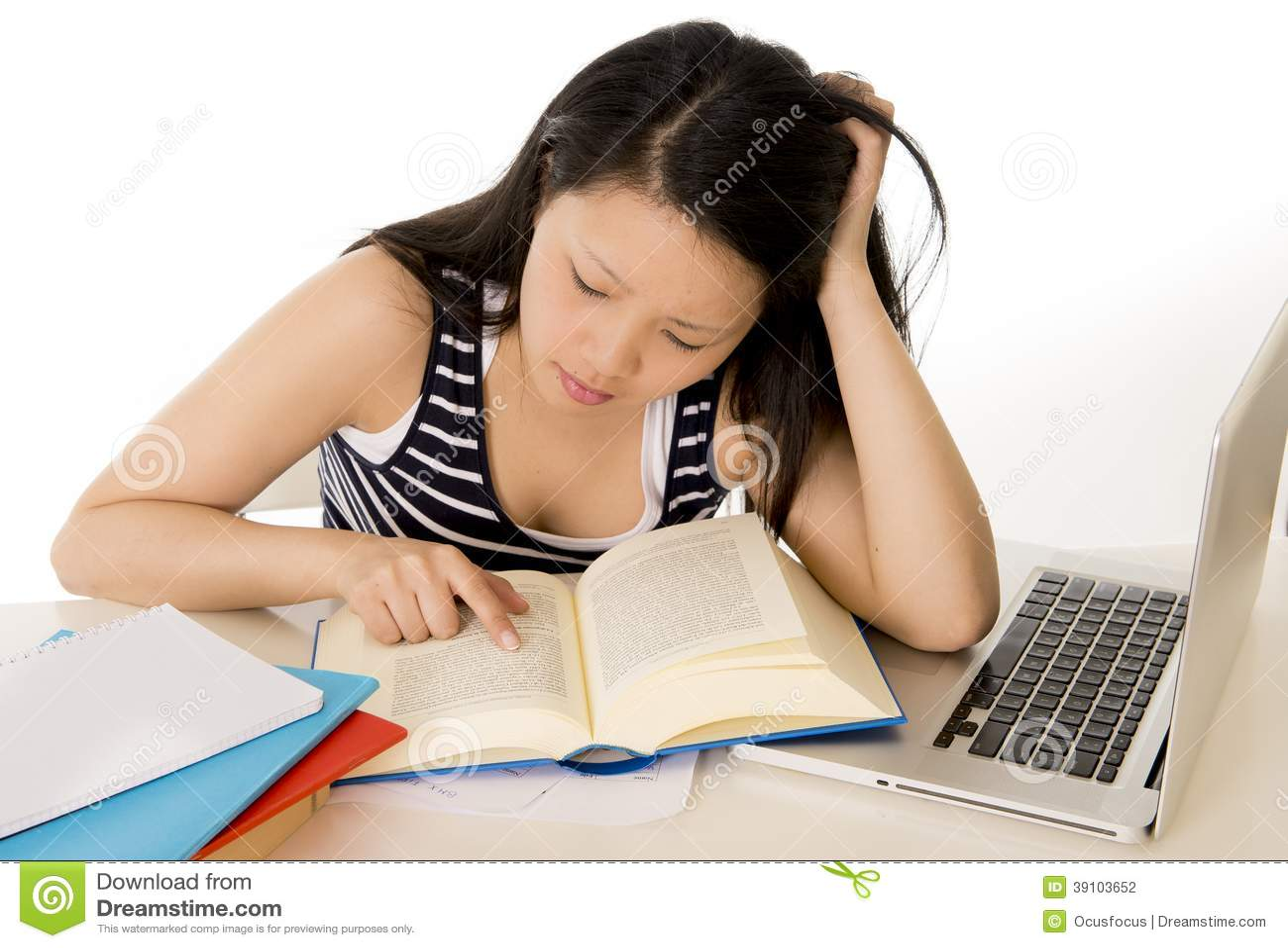 Chinese Aziatische studente die aan laptop werken