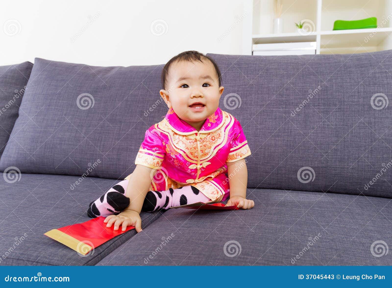 Chinese baby wat betreft rode zak