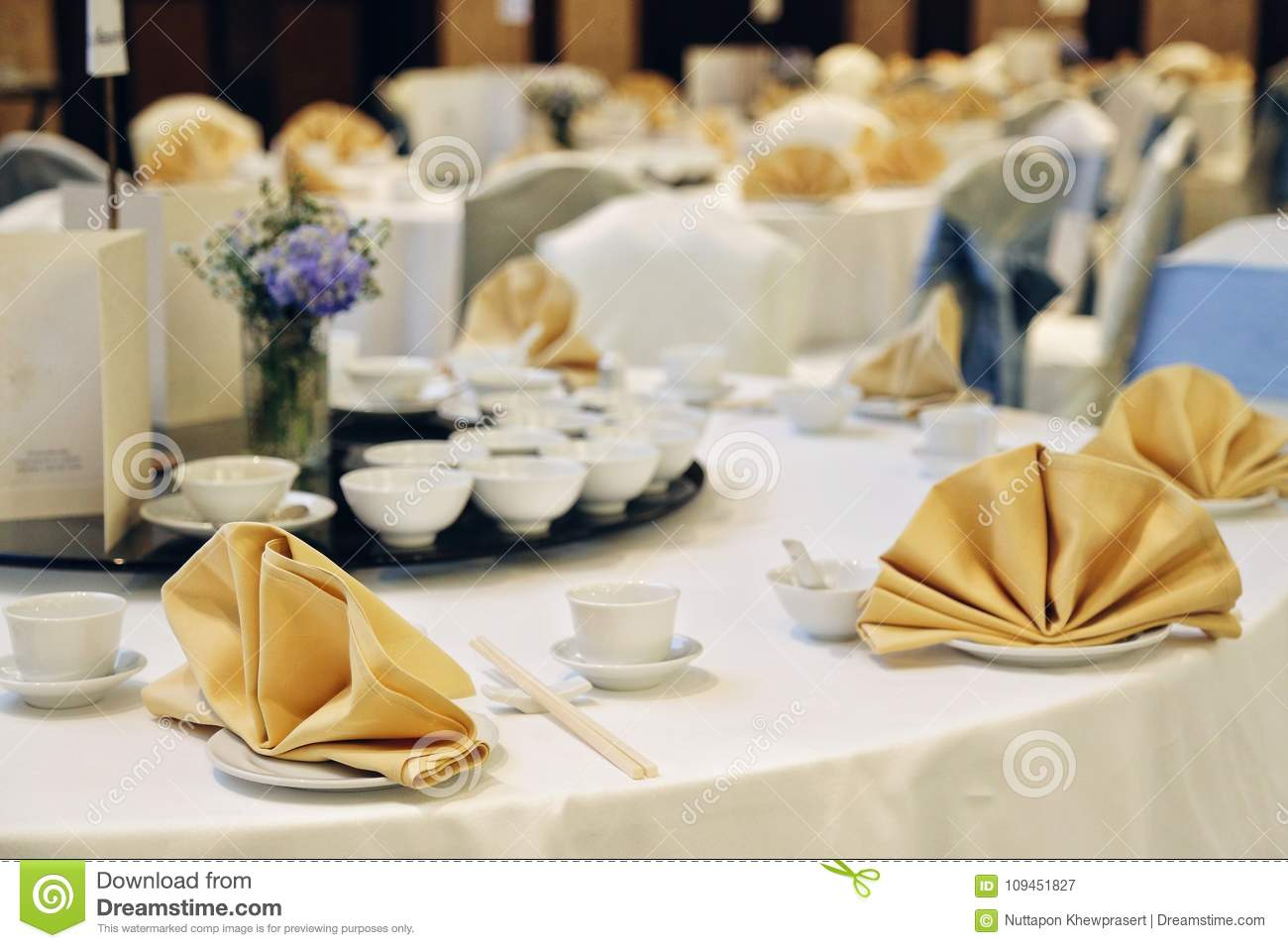 Chinese Banquet Party Decor White Table With Gold Napkin Stock Image Image Of Bowl Celebration 109451827