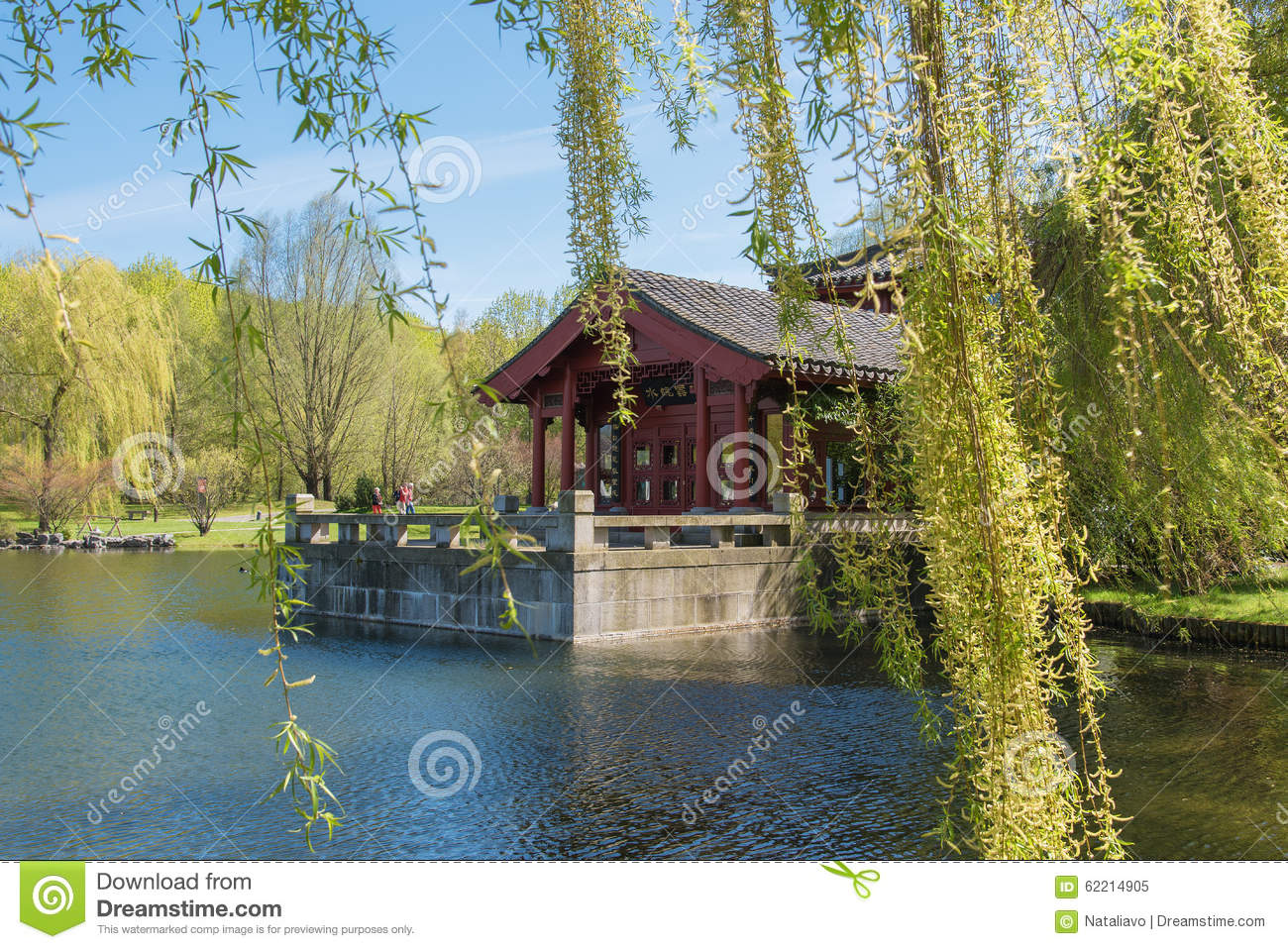 Chinese Garden of the Reclaimed Moon. Lake with tea house