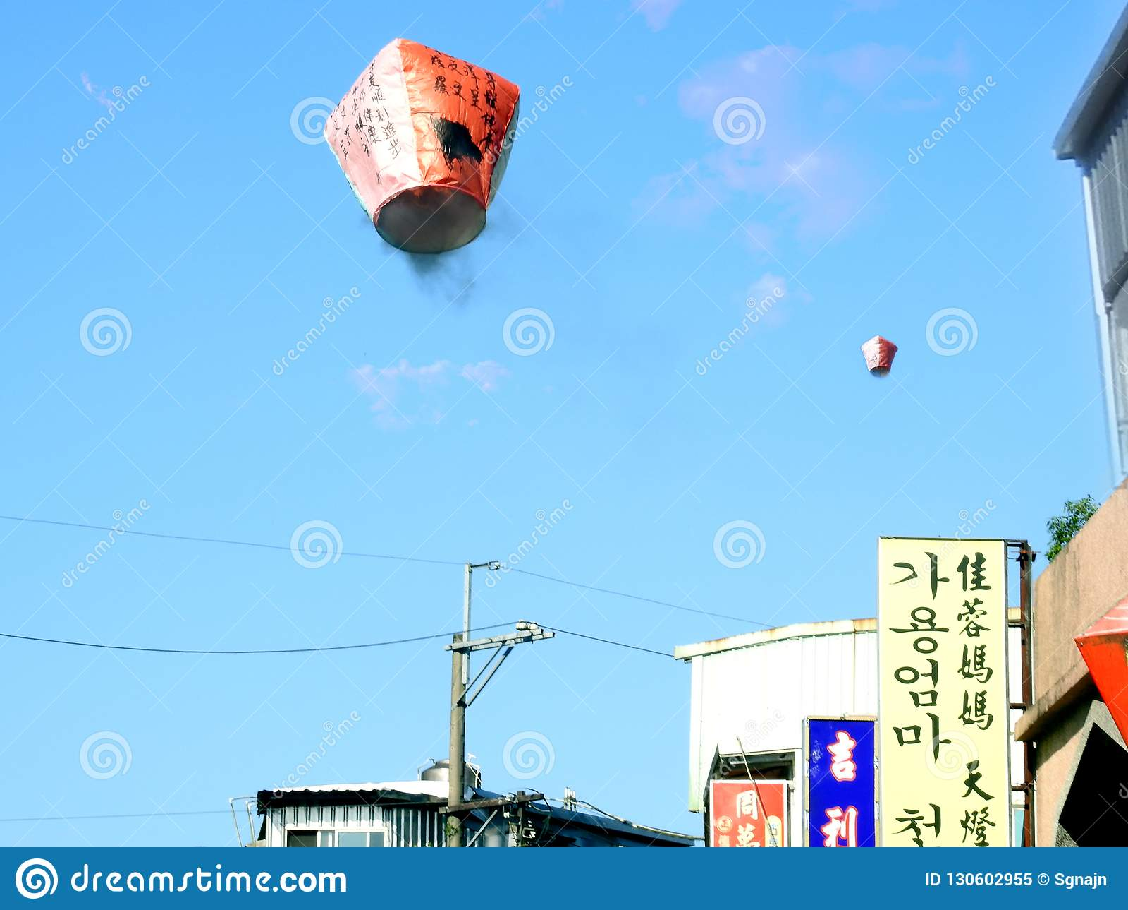 Chinese Hemellantaarns die omhoog vliegen