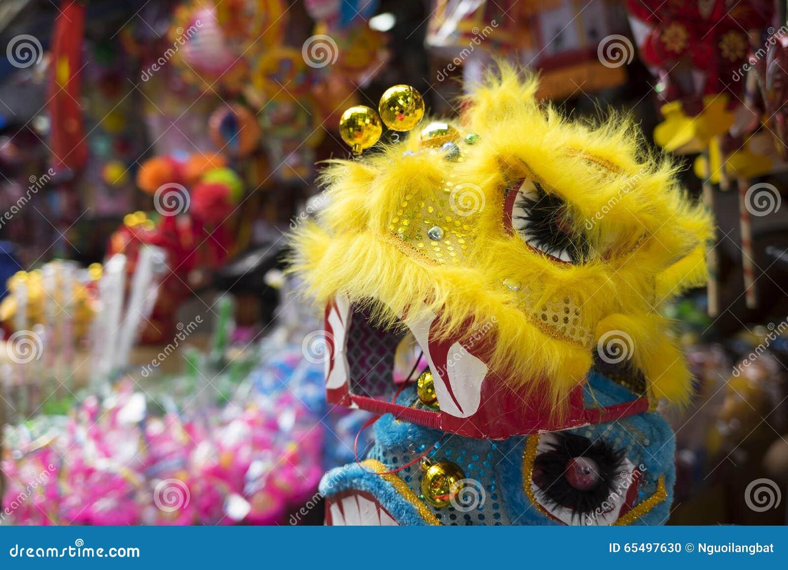 Chinese leeuwmodellen voor verkoop op een oude straat van Hanoi