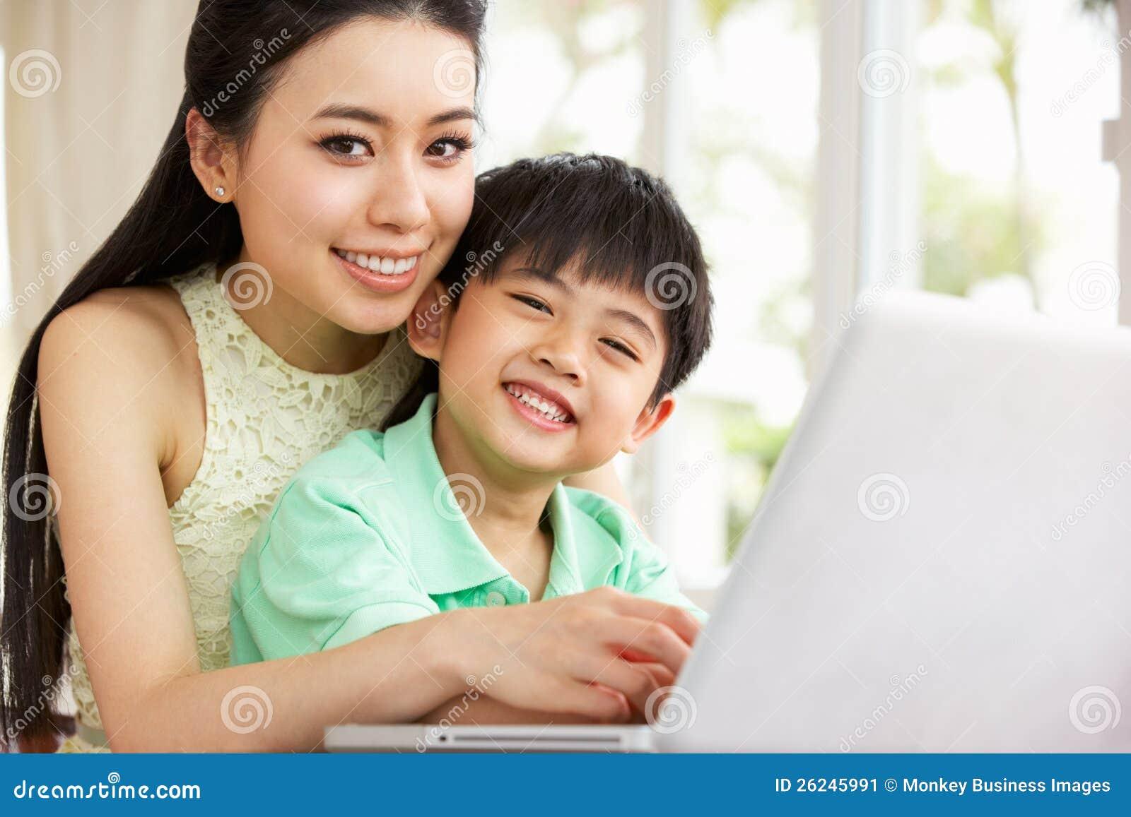Chinese Moeder en Zoon die Laptop met behulp van
