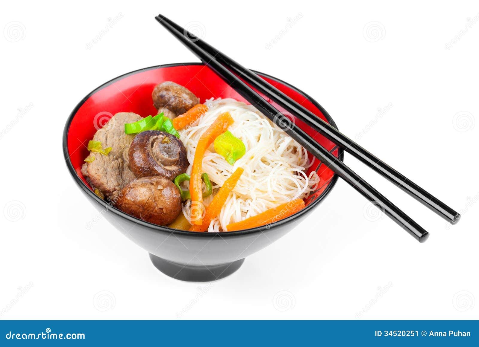 Chinese noedels met rundvlees en groenten